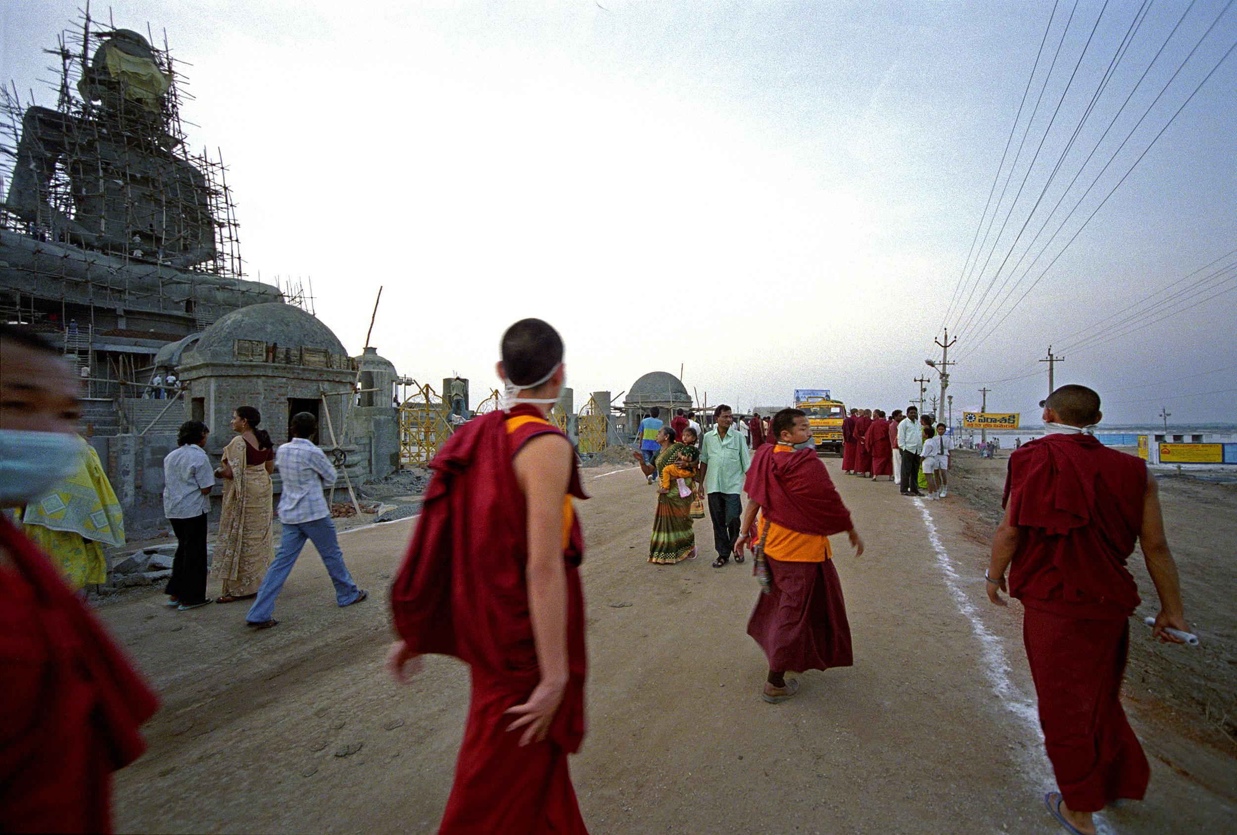 Web_amar_monks infront buddha4.1.jpg