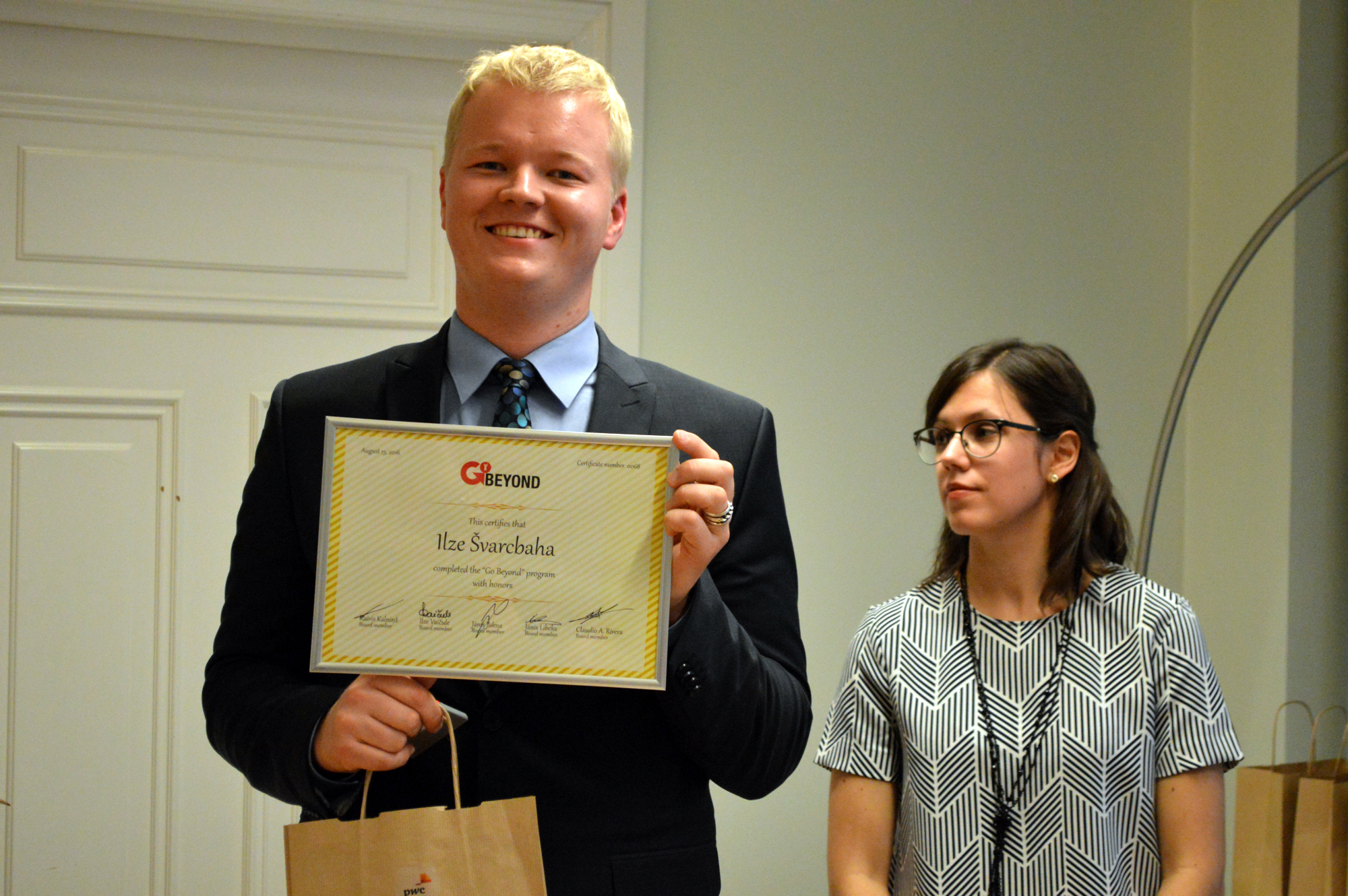 Eduards pasniedzot diplomus 2016. gada absolventiem