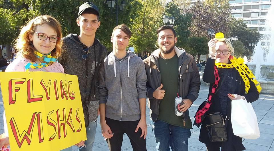 Eduarda komandas biedri, realizējot projektu Atēnu ielās