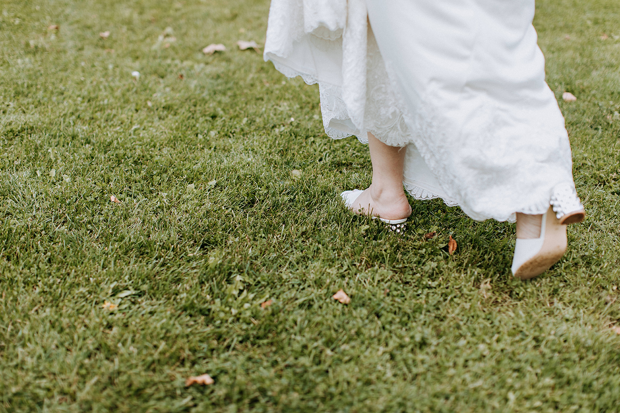 boho bride walking to outdoor ceremony at meaford barn wedding