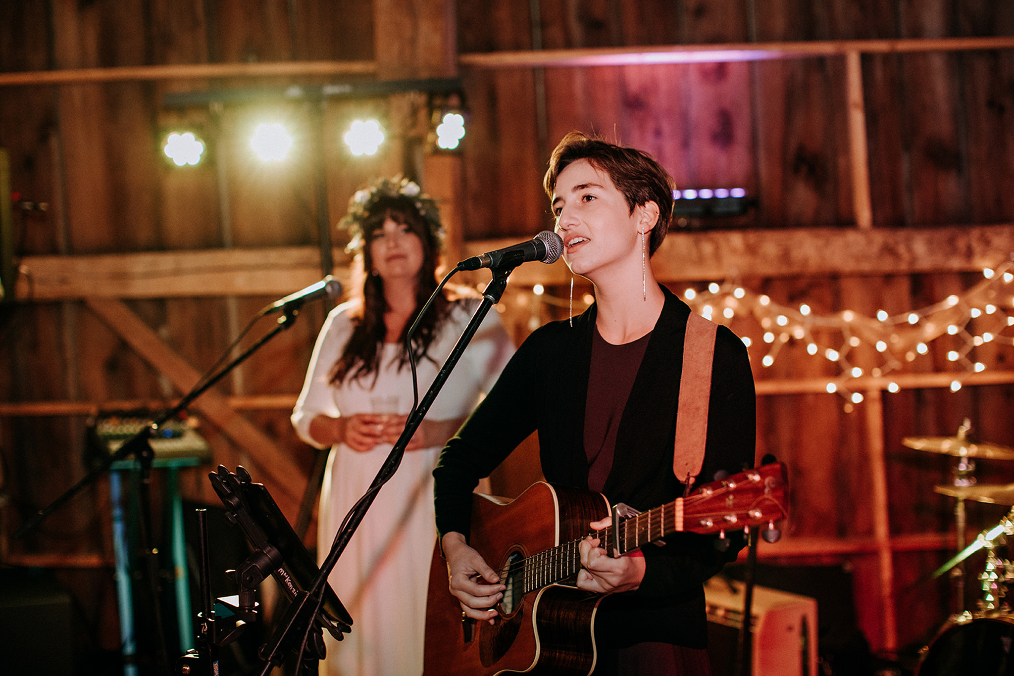friend sings at meaford barn wedding