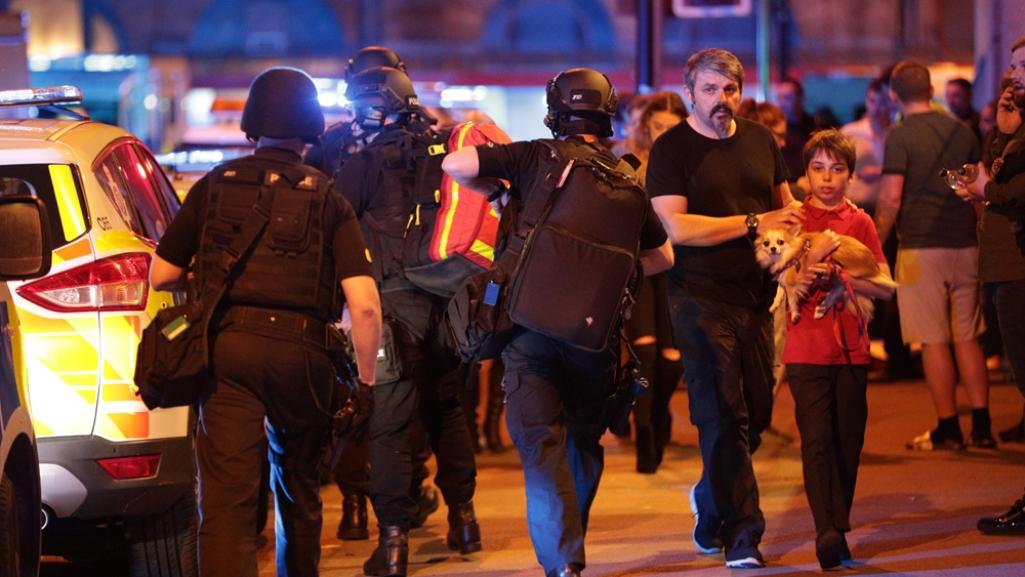 Policia evacuando a victimas del atentado.
