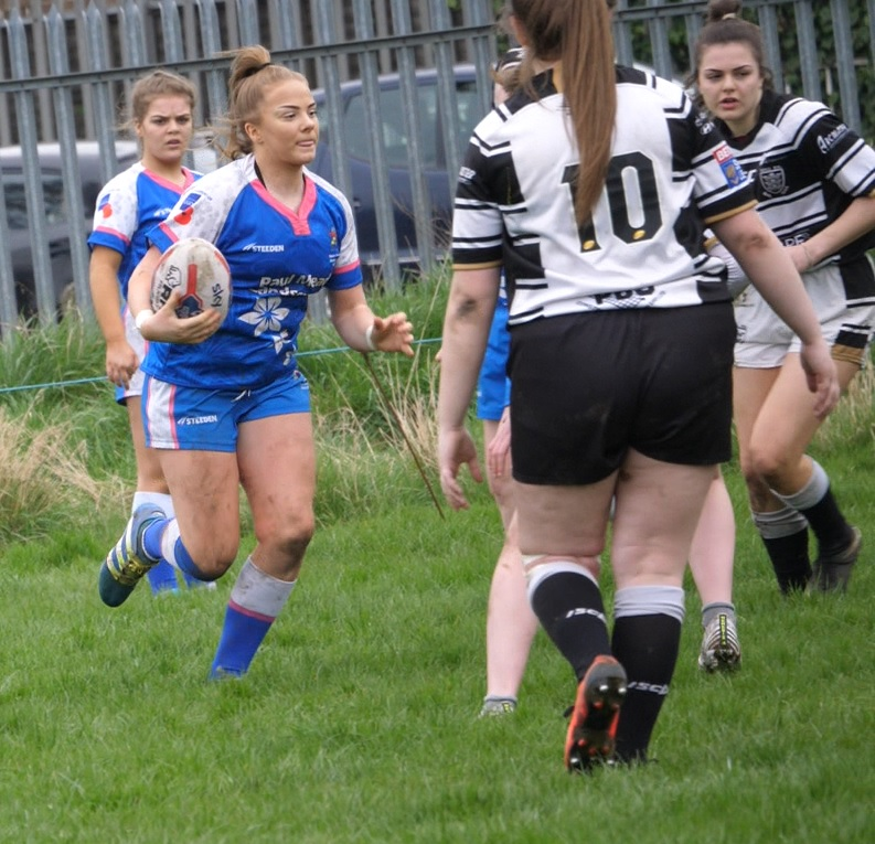 Lucy Murray carrying the ball