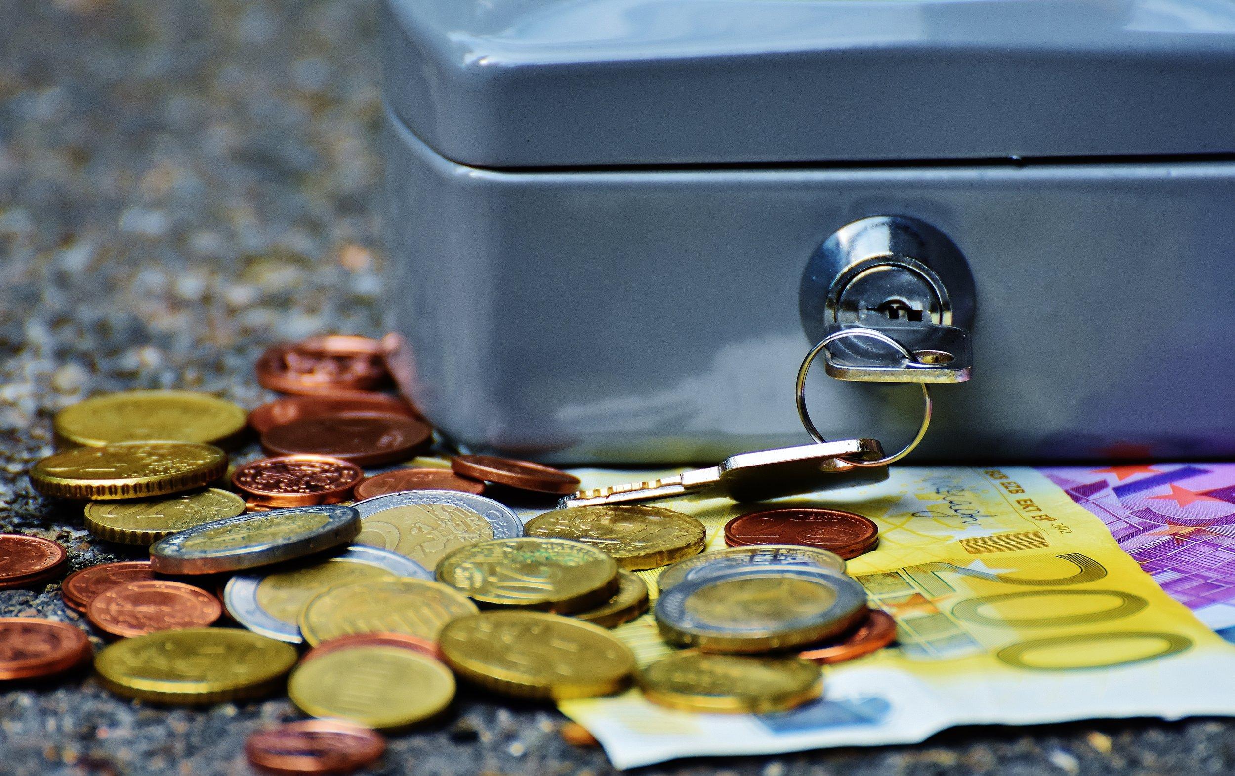 bank-banknotes-bills-210705.jpg