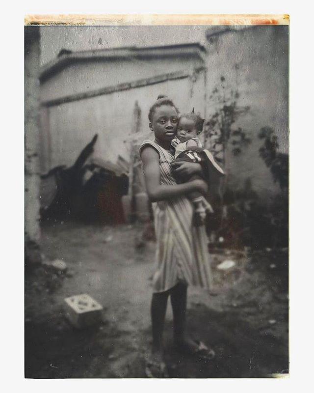 """Kinshasa 🇨🇩 — Retour aux sources.  Ce voyage nous a ouvert les yeux, et nous sommes rentrés avec le cœur serré et les yeux remplis de larmes mais avec plein d'espoir et de motivation. Ce n'est pas un adieu, mais juste un au revoir : nous reviendrons !  Bien plus qu'un voyage, c'est une aventure humaine dont nous ne saurons vous décrire, mais il faut la vivre pour comprendre.  Nous avons tant reçu : amour, générosité. Nous sommes si comblés et touchés.  Nous remercions du fond du cœur et tout particulièrement les personnes qui nous ont guidé durant notre voyage @titiakandolo, @just__brunette @ninobreeezy (+ ton incroyable équipe) ainsi que notre famille.  Nous avons également revu nos amis @petitenoirkvlt + @rharha_nembhard et avons rencontré de magnifiques personnes. Quelle belle surprise !  Ce voyage nous a agréablement surpris, et nous a fait du bien. C'est un nouveau chapitre qui s'inscrit dans nos vies.  Nous sommes submergés d'émotions et de souvenirs.  Inassouvis, nos souvenirs. """"Makanisi & Bomengo""""  Annie & Lionel ❤️ (Kinshasa, 2019)  #LaPetiteTouche®"""