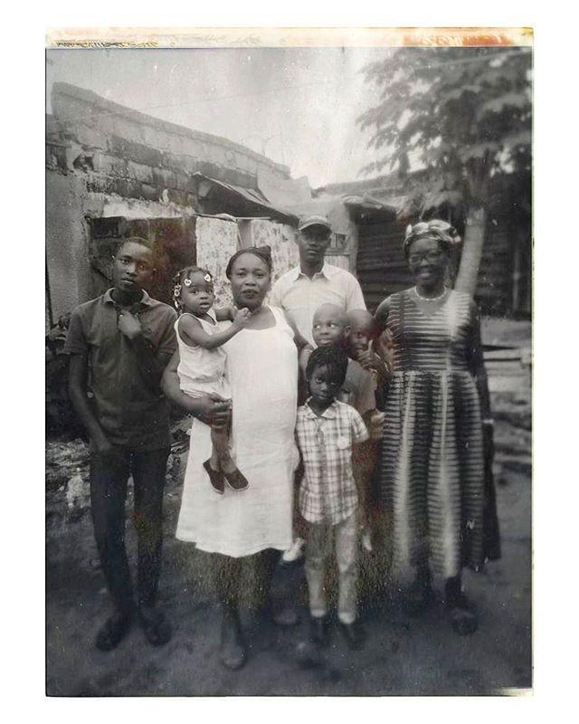 """Kinshasa 🇨🇩 — Retour aux sources.  Je n'oublierai jamais ce jour où nous leur rendîmes visite pour la première fois, entre rires & pleurs : le summum des émotions.  Nous fûmes bercés dans des souvenirs enfouis et imbriqués. Un beau voyage dans le temps où chaque fraction de seconde fût précieuse.  Nous n'avions pas vu le temps passer, c'était comme si le temps s'était arrêté pour que nous puissions savourer ce moment (...) Nous avions tellement de choses à raconter et partager.  Moi qui pendant des années cherchais à recoller les morceaux en vain, toutes les pièces maîtresses du puzzle sont désormais retrouvées et reconstituées.  Je suis comblée.  Ce voyage restera à jamais gravé dans nos cœurs.  Voici les prémices de """"Makanisi & Bomengo"""", nos moments passés en famille, de précieux et inoubliables souvenirs.  Inassouvis, nos souvenirs.  Famille ❤️ (Kinshasa, 2019)  #LaPetiteTouche®"""