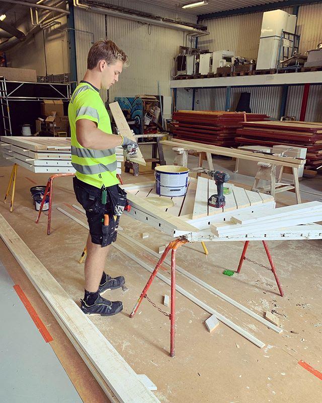 Tillverkning samt målning av staket pågår på vårt lager, detta ska sedan pryda en trappa på en Brf i Falköping. 🏘