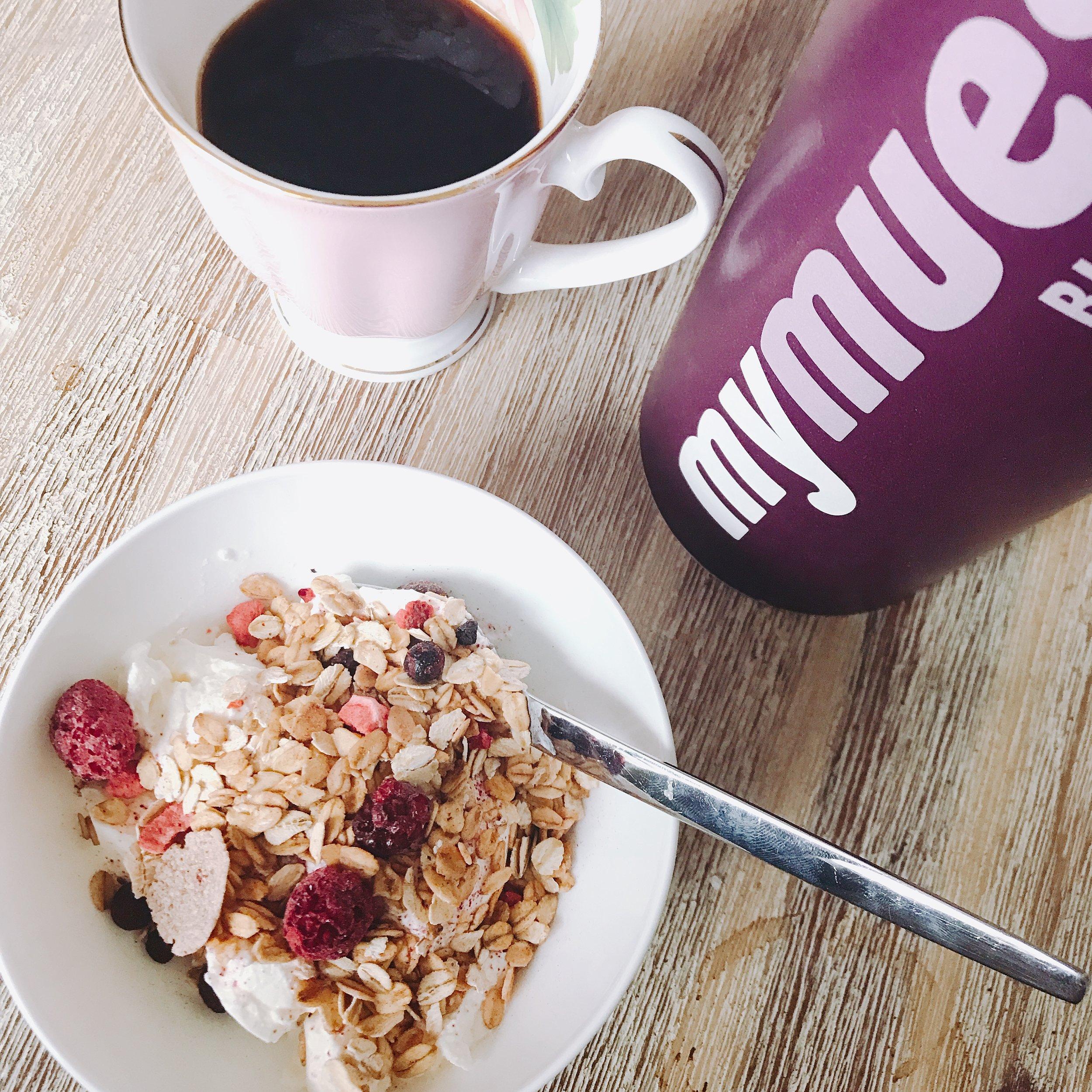 Kaffe • Grekisk yoghurt med Blackberry granola från mymuesli (sjukt gott!)