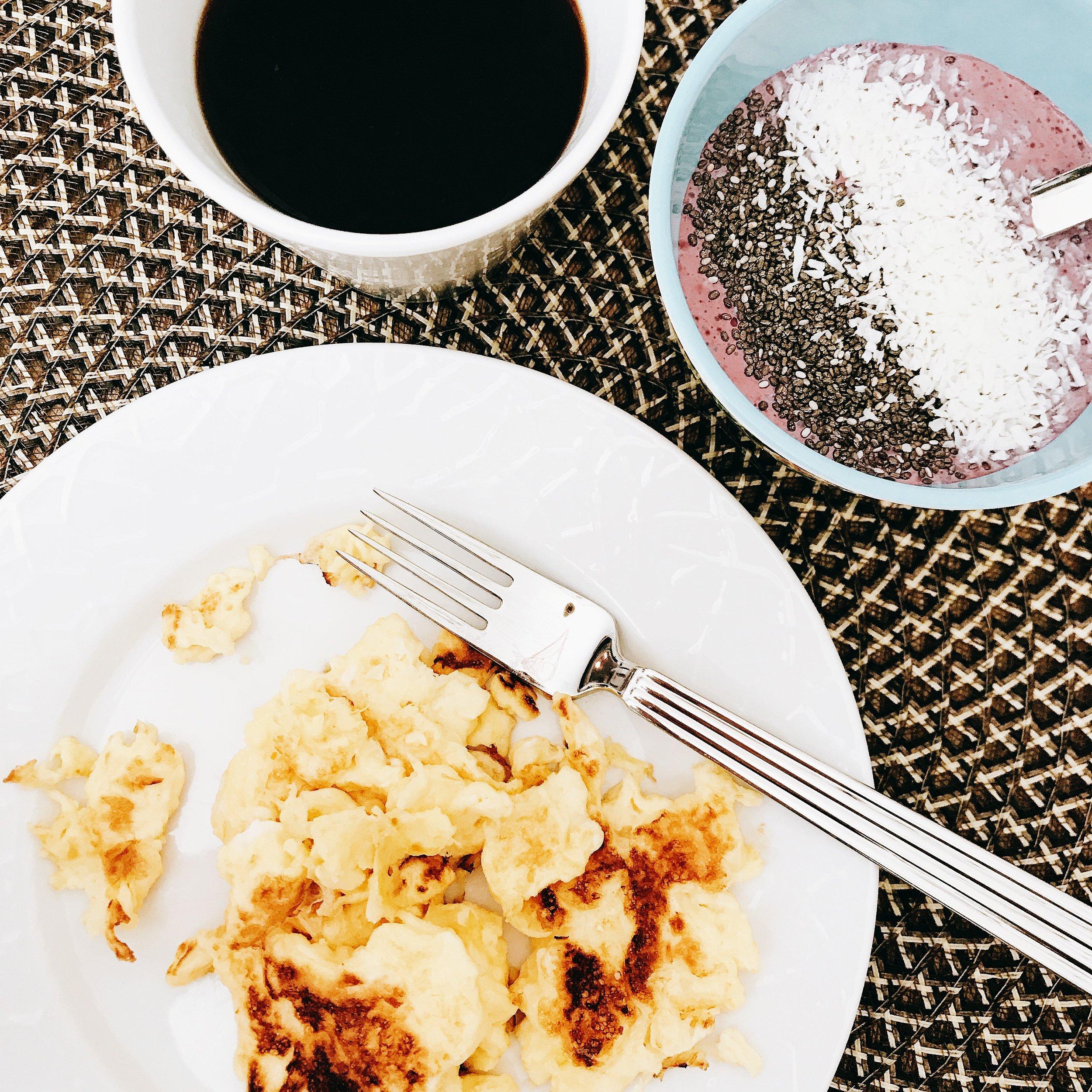Dagens frukost: Smoothiebowl gjord på grekisk yoghurt och frysta blåbär (ekologiska svarta chiafrön och kokosflingor som topping), äggröra (2 st ägg) och så klart den traditionella koppen kaffe!