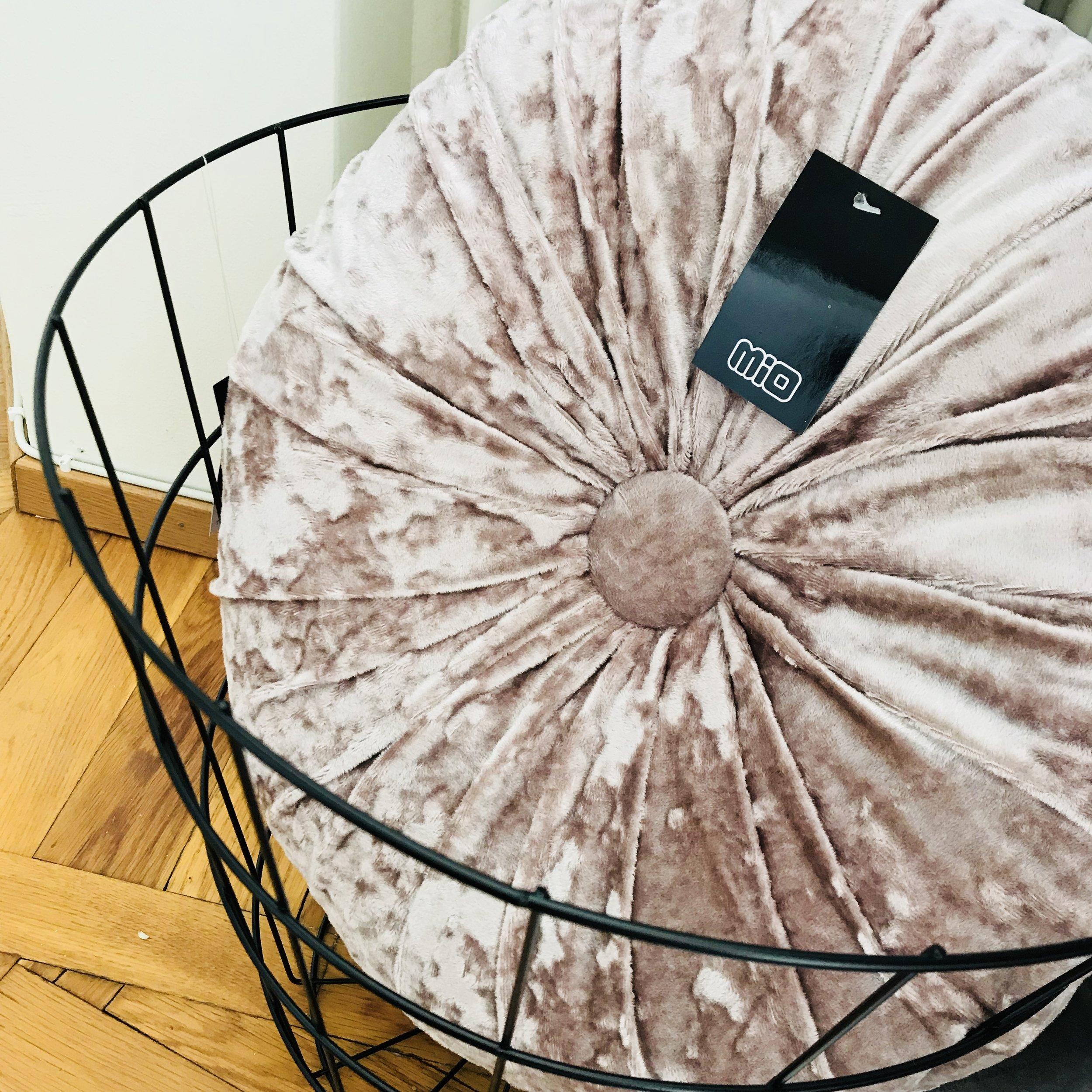 • Svart korg i metall • Rosa kudde •