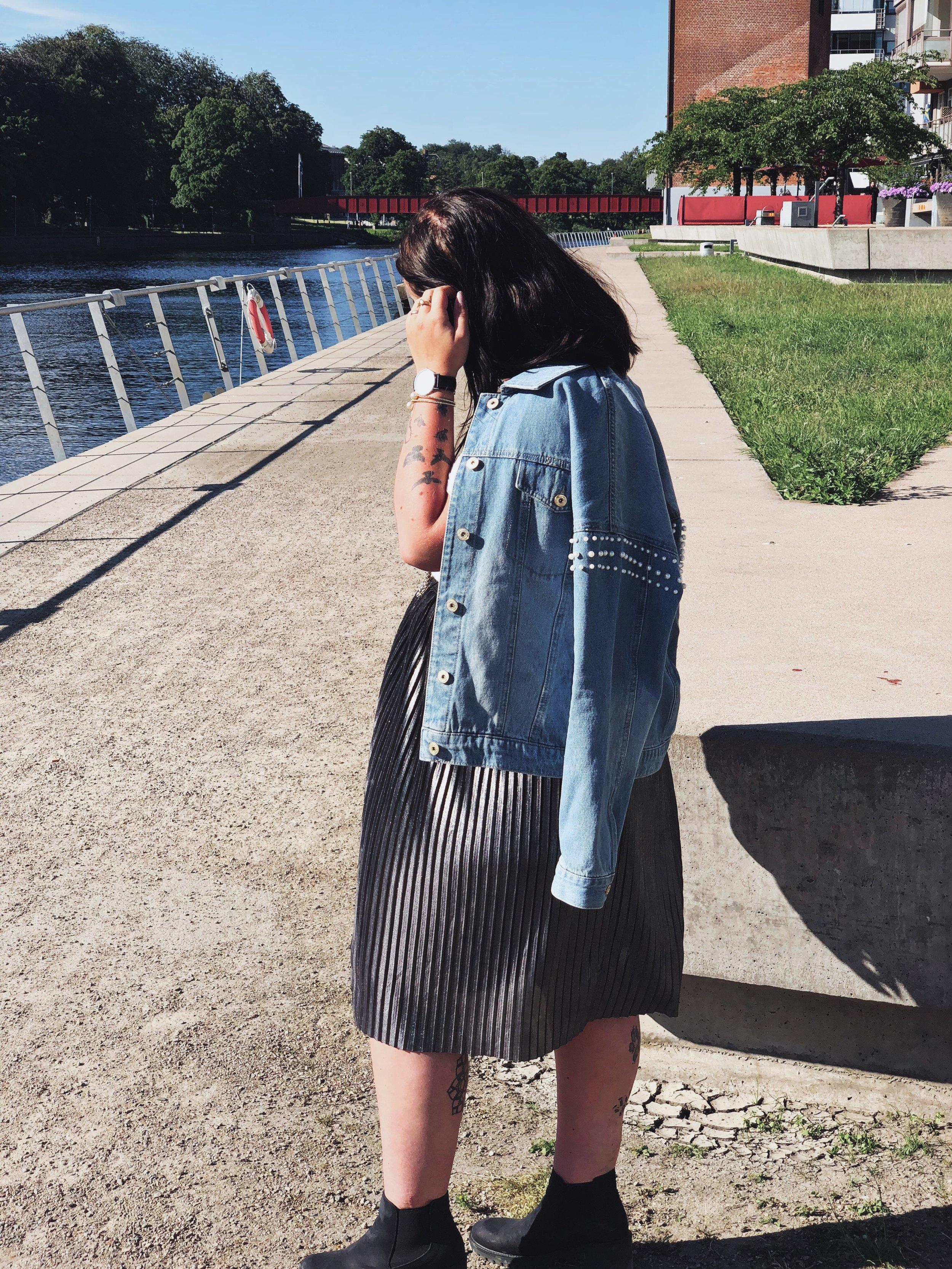 Jeansjacka med fastsydda pärlor - I.N.C (International Concept) //    Klocka    (adlink) - Daniel Wellington // Plisserad kjol - Jacqueline de Yong //    Svarta ankelboots    (adlink) - Tamaris.