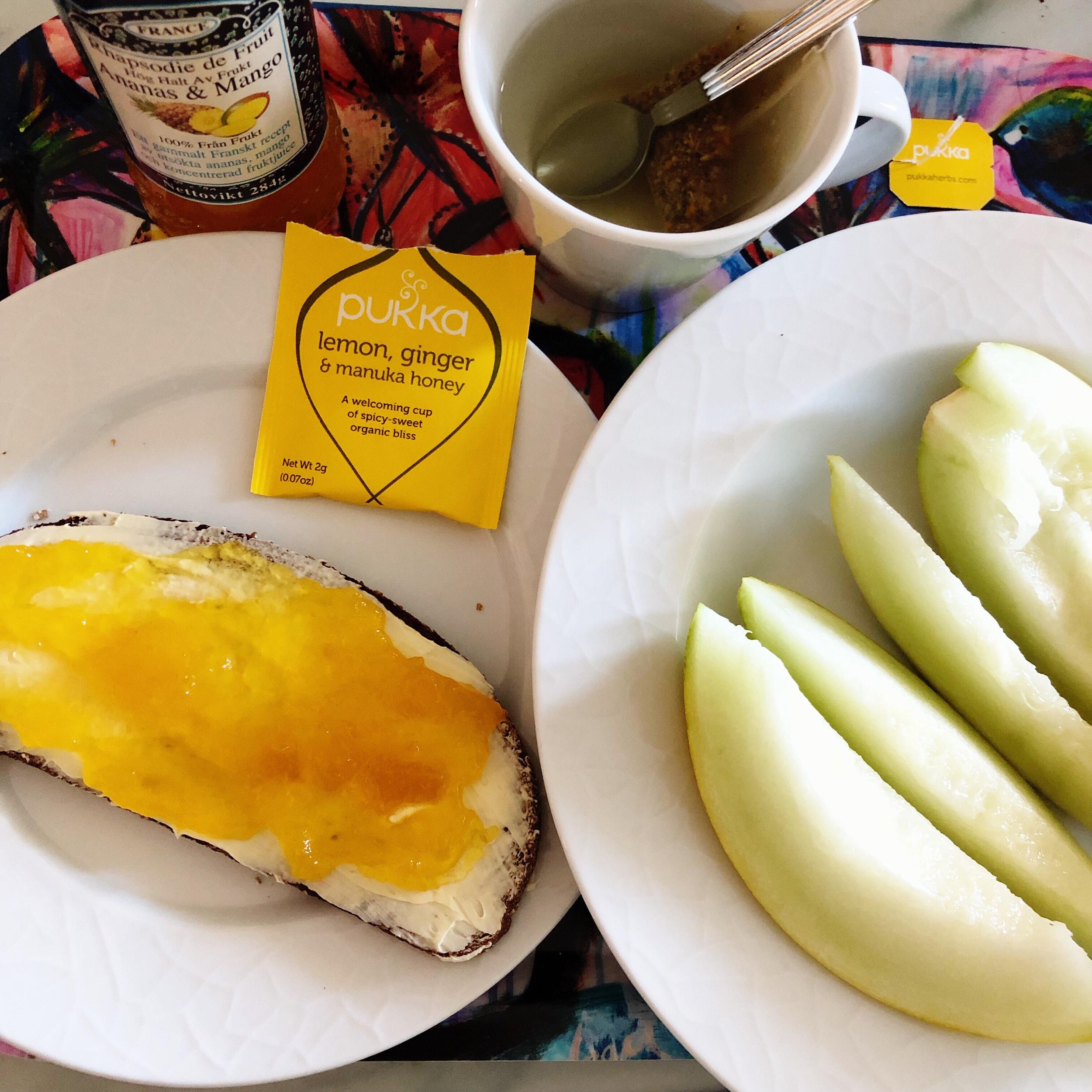 Lingongrova med mjölkfritt smör, ananas- och mangomarmelad, honungsmelon och Pukka te. 👌🏼