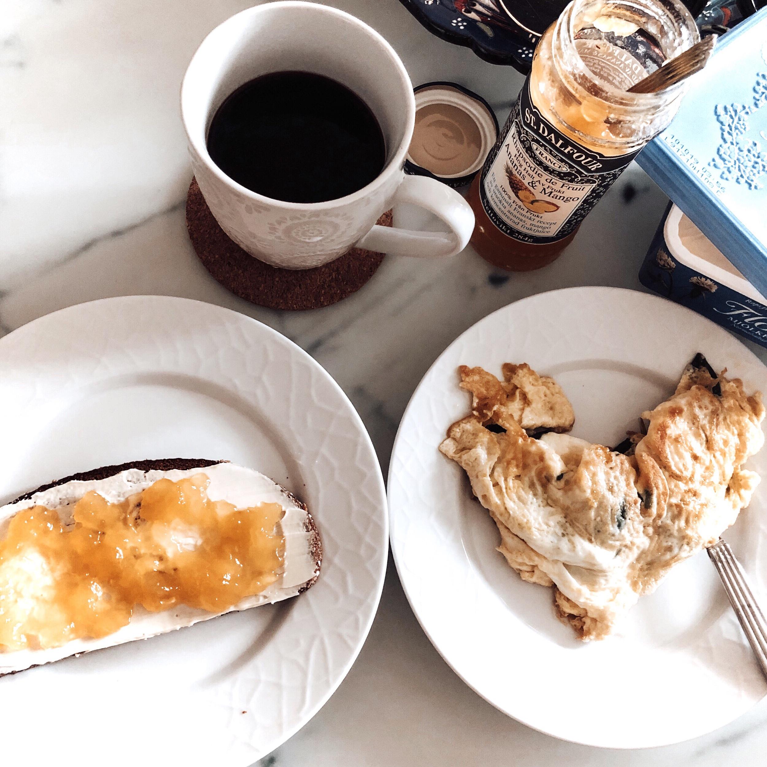 Nyckelmärkt Lingongrova med mjölkfritt smör och ananas- och mangomarmelad, äggröra gjort på två stycken ägg och en näve babyspenat och så klart mitt traditionella morgonkaffe! ☺�
