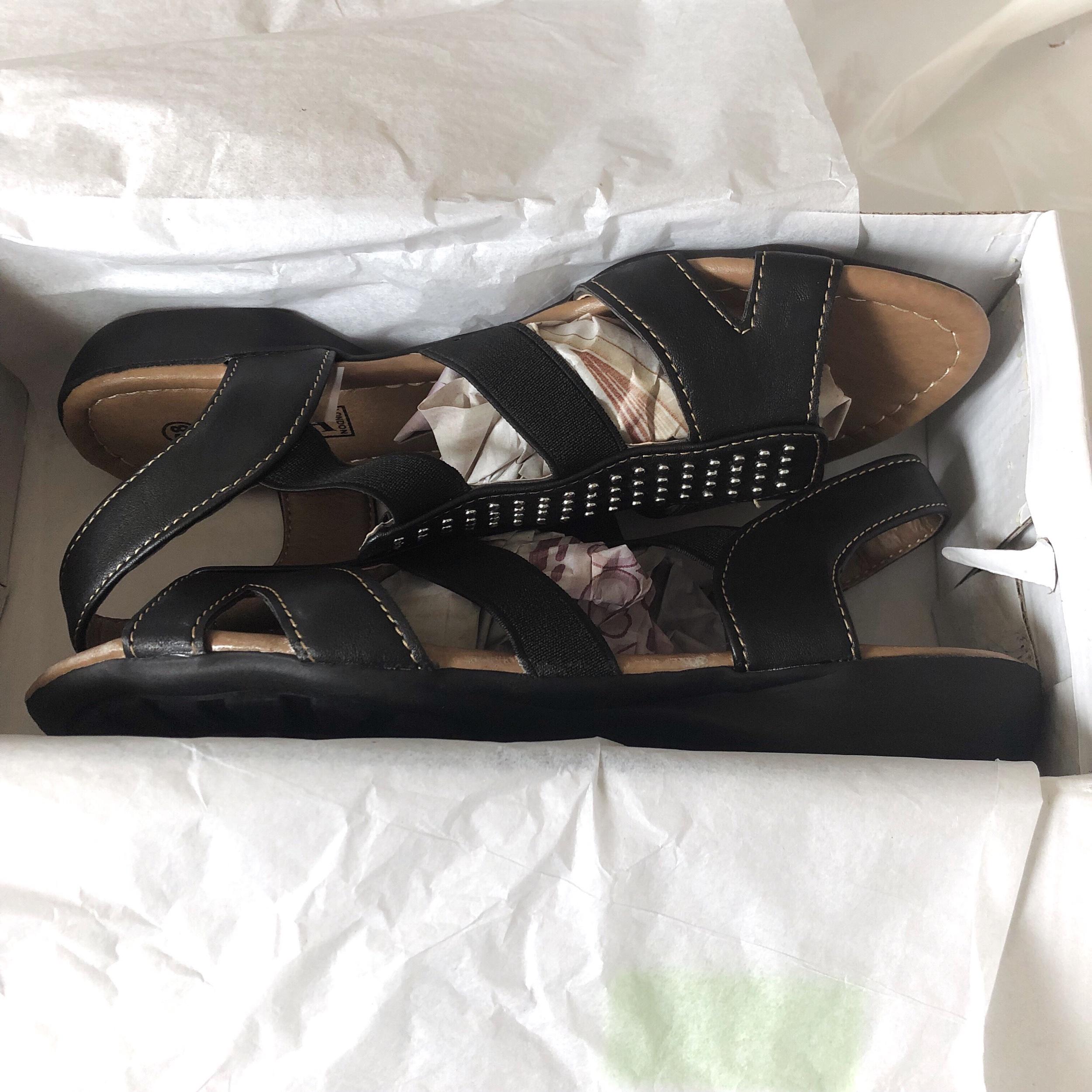 Svarta sandaler med silverdetaljer.