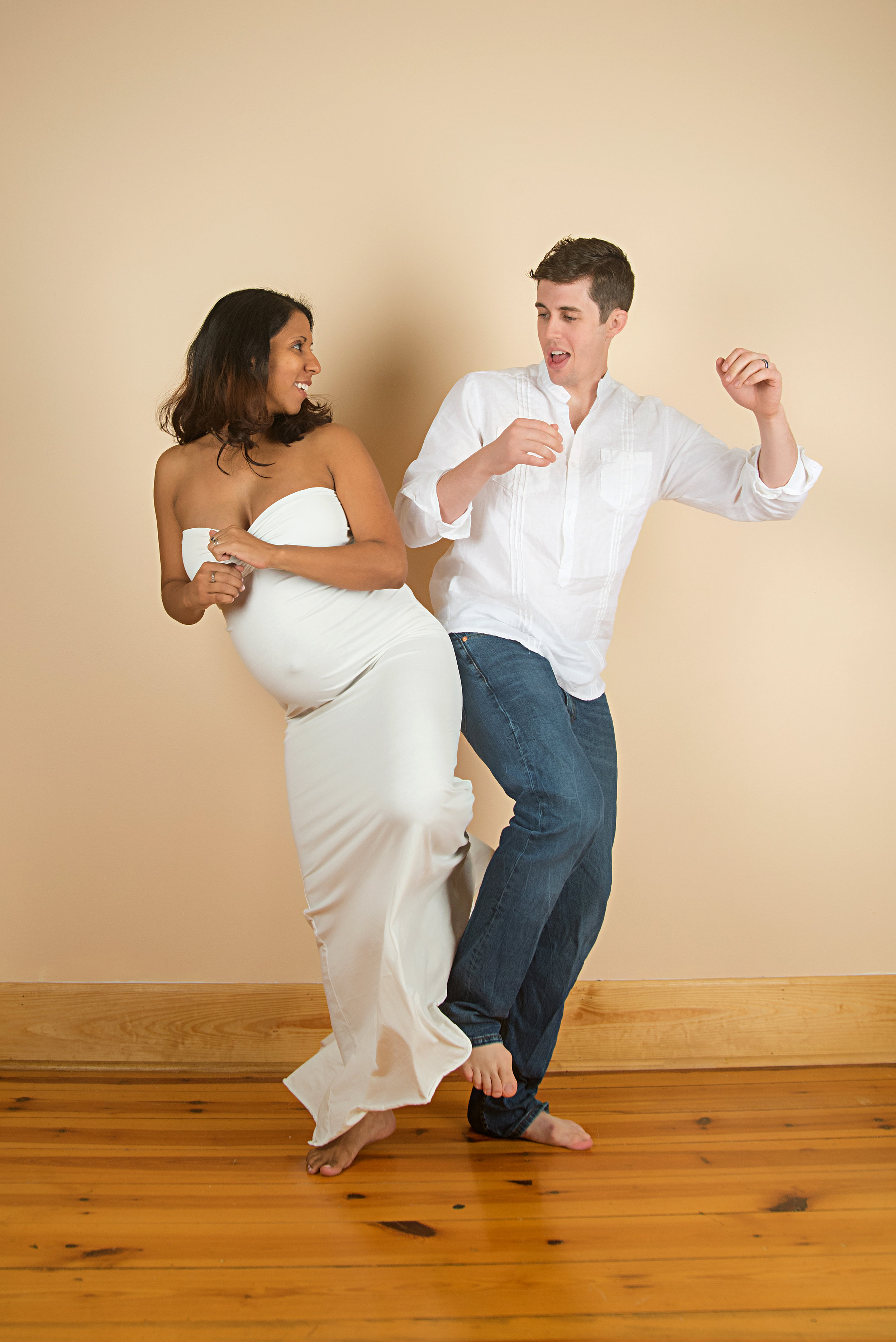 st-louis-maternity-photographer-pregnant-mom-with-dad-dancing-doing-hip-bump.jpg