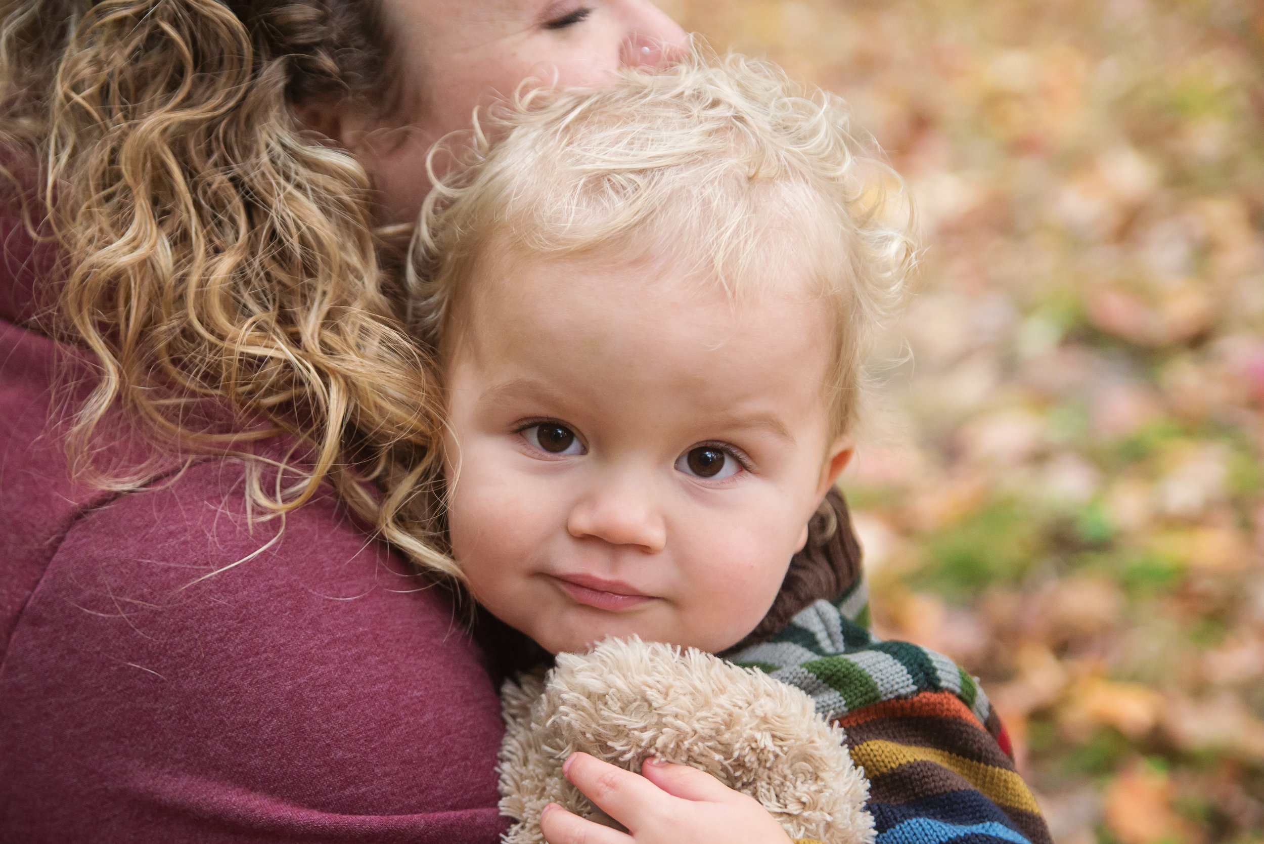 st-louis-fall-mini-sessions-2018-family-photographer-boy-on-moms-shoulder-leaves-in-the-background.jpg