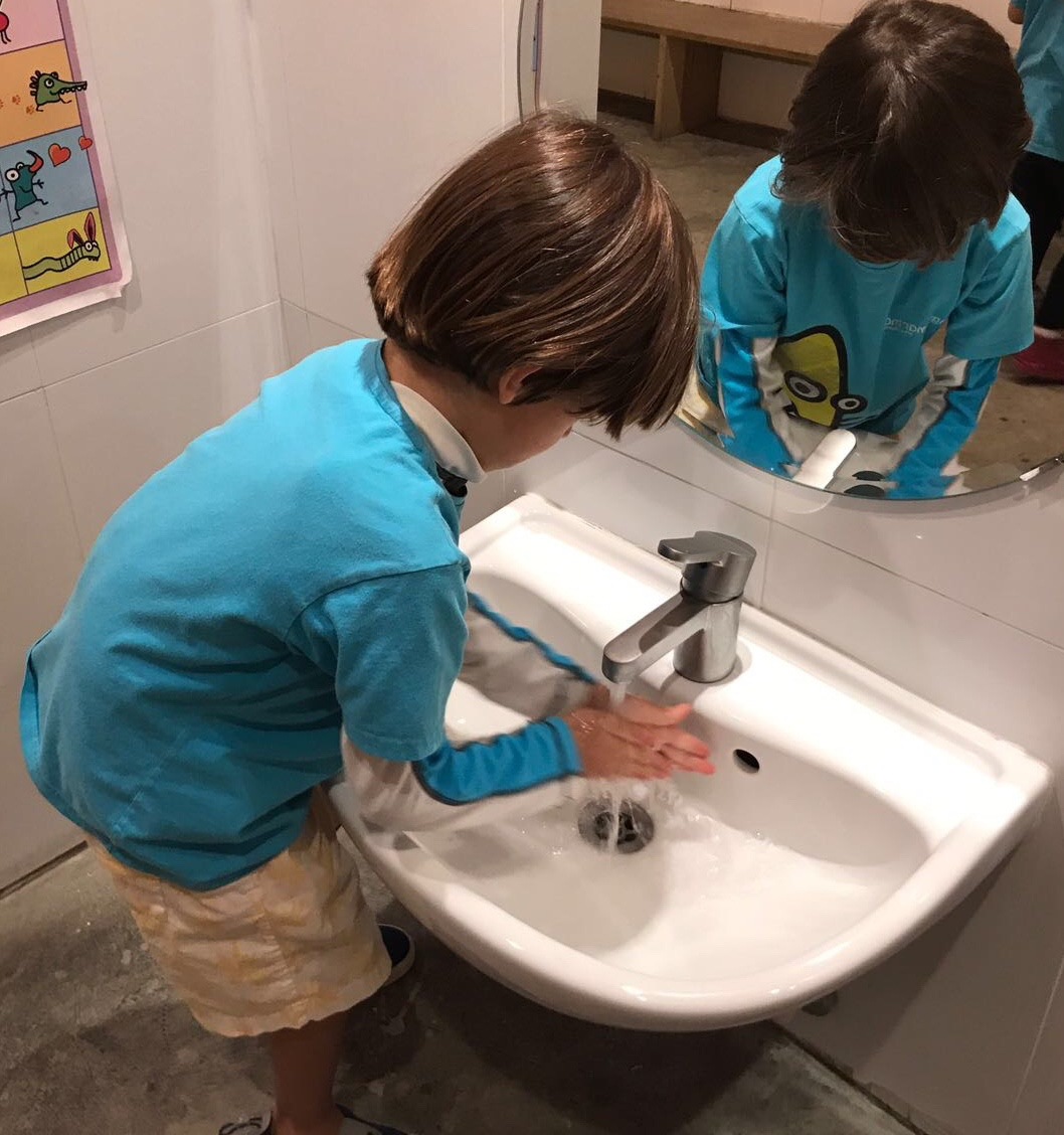 I wash my hands - Sebastian