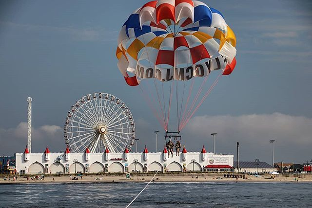 ☀️🤩🎡🤩☀️ . . Starting our August off right with absolutely perfect parasail conditions! . . Don't miss this adventure, stop by and fly today! #FlyOCNJ