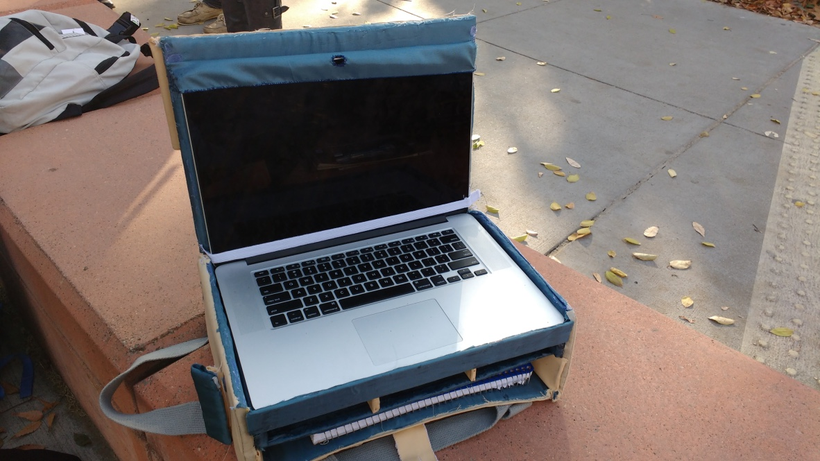 Laptop case that functions as a desk