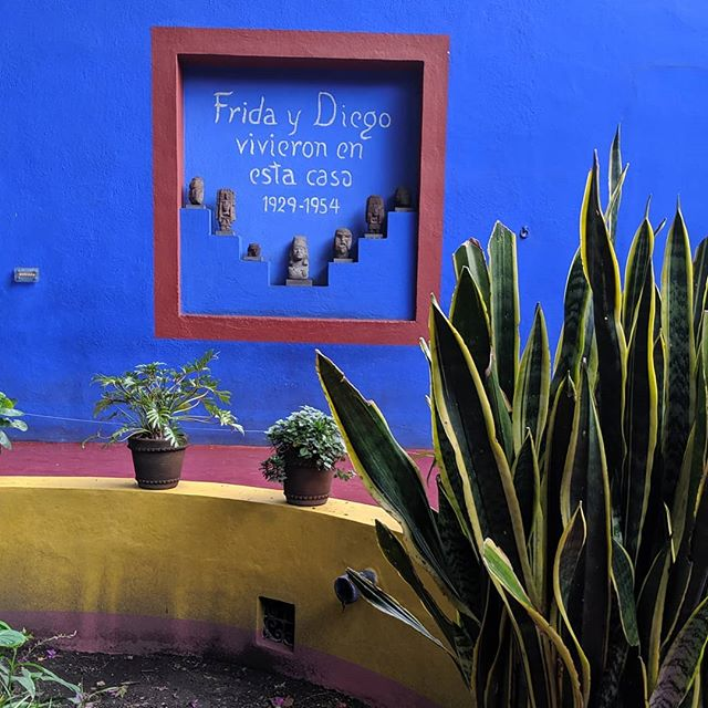 Pies, para qué los quiero si tengo alas para volar? 🕊️ La casa de Frida Kahlo was recently opened entirely to the public in 2007. You'll find her paintings just as she left them and the mirror she used for her self portraits.  #fridakahlo #fridakahloquotes #fridakahlofrases #mexicocity #mexicanpainter #latinapainter #fridakahlomuseum #lacasaazul #lacasaazuldefridakahlo