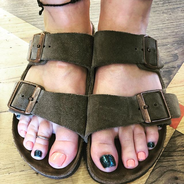 I feels like spring out today!!! ☀️☀️Love these fun shades of shellac! This weather has our clients in sandals! Book appt online and Show off those toes! #mintnails #mintbend #mintlove #bendoregon #itslikespringoutside