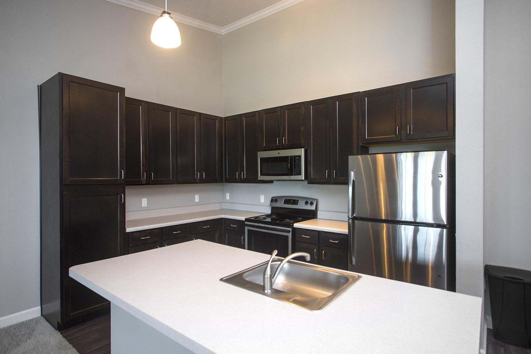 CharlestonEdge-Rental-Apartment-Brandon-Tampa-Florida-Pool-Bedrooms-Kitchen1.jpg