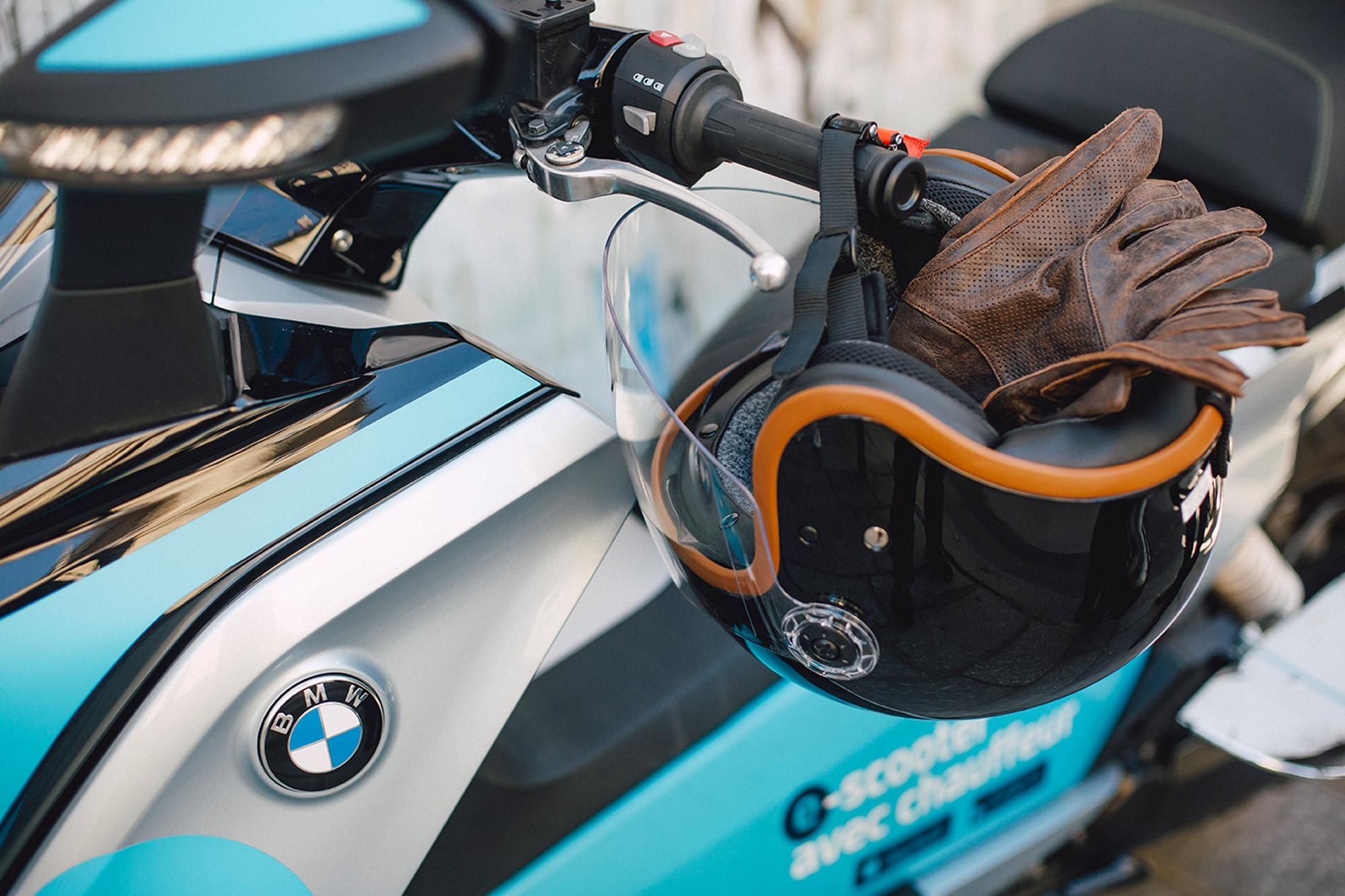 Tous les équipements fournis - Nos chauffeurs partenaires mettent à votre disposition un kit d'équipements complet (casque, gants, vestes imperméables, jupe de protection, kit hygiène).