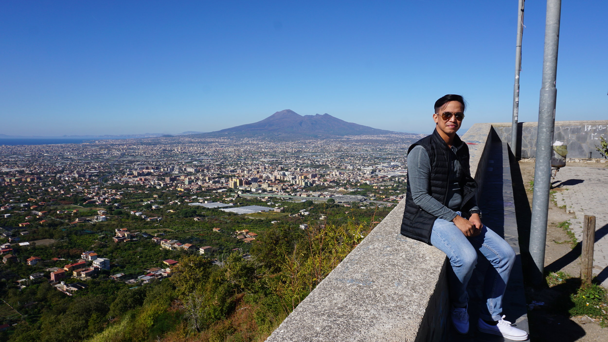 Stopped at this beautiful spot, Mt. Vesuvius in the distance.