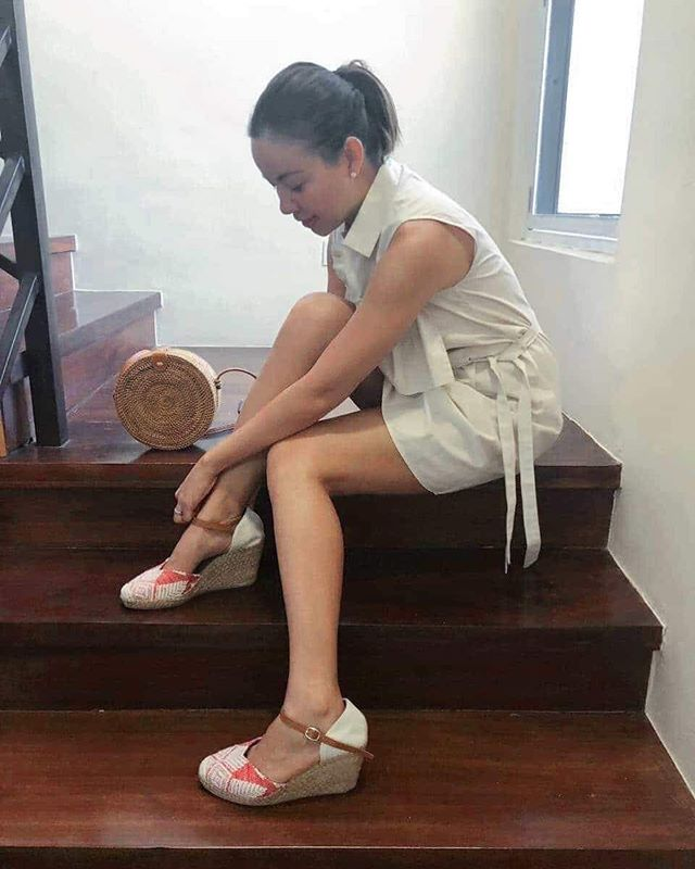 Just about the only stretching I've been doing recently 🤷🏻♀️ missing yoga and pilates! Anyone know of classes near Merville, Parañaque? One that doesn't require me to pass forever traffic West Service Road?🧘🏽♀️ anywho, these @tapakpinay wedge sandals are my new faves 😍