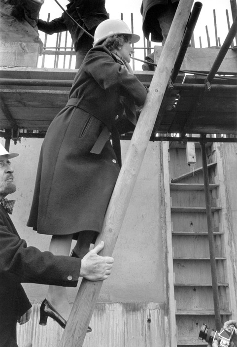 GB. London. Margaret THATCHER visits the construction site of the Thames Barrier. Followed by Horris CUTLER, Conservative leader of the GLC.