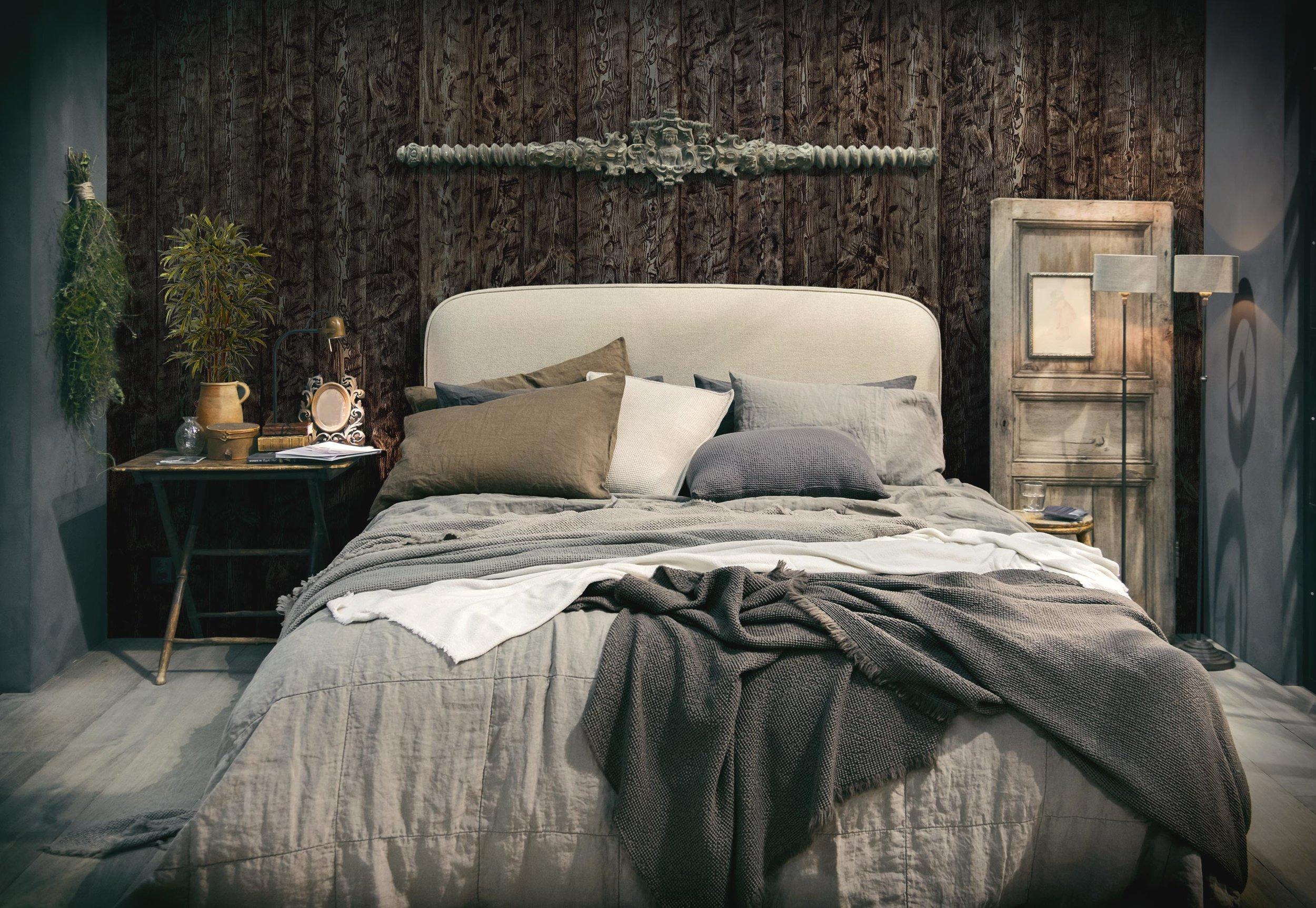 Vanutatud puitsein magamistoas