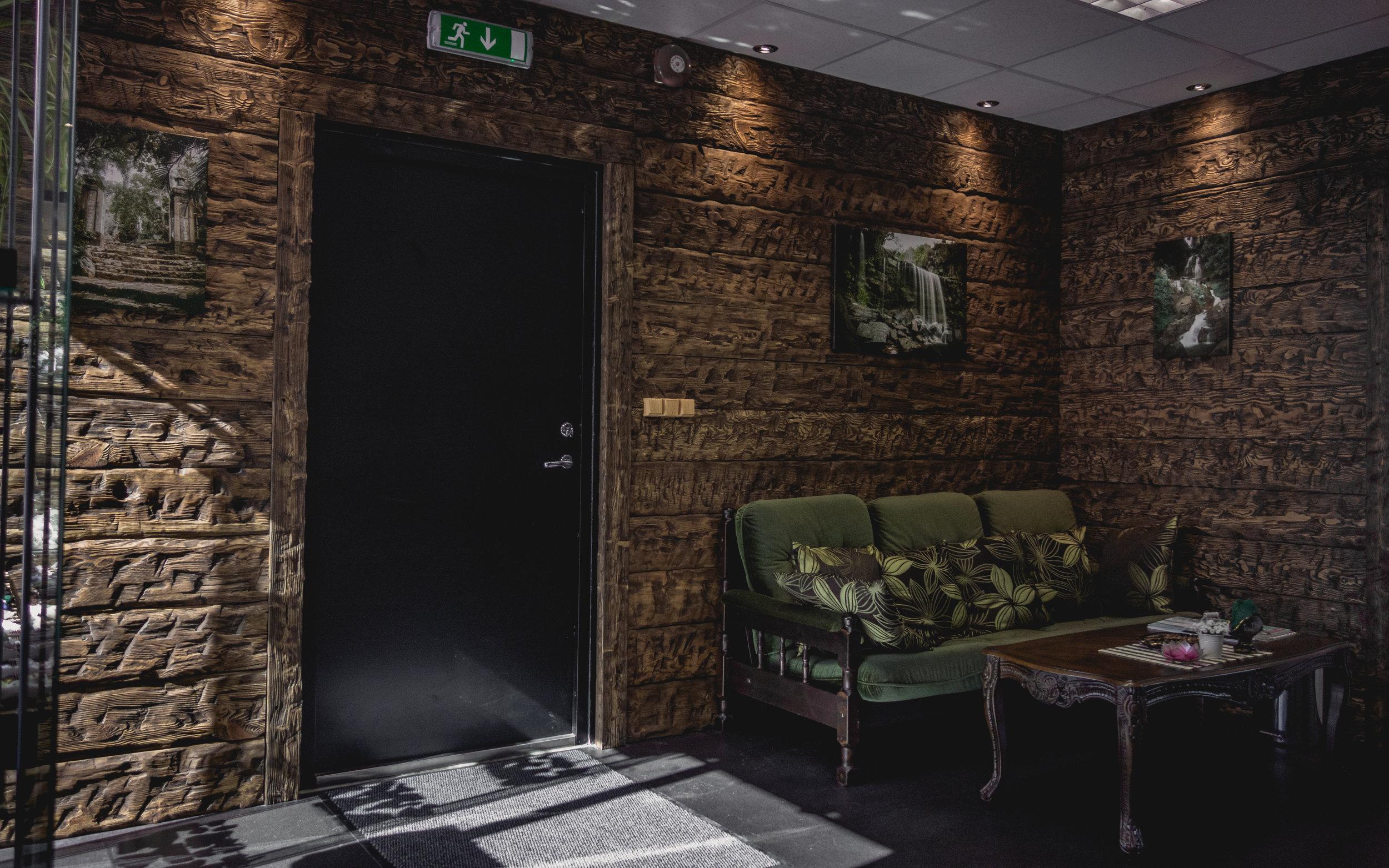 rwood-salon-wooden-wall.jpg
