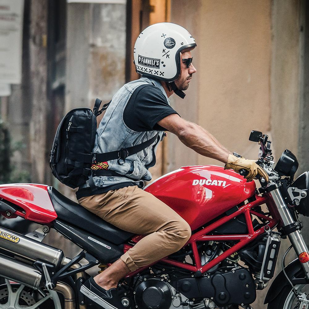urban-messenger-bag-lifestyle-2.jpg