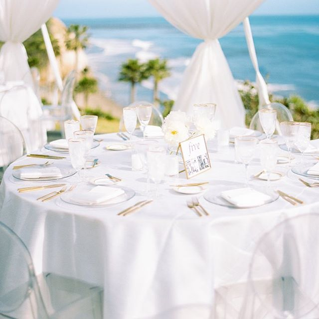 Cliff-side dining at @ranchodospueblos ... we even did a little 🐬 watching during install 💗 #santabarbarawedding #santabarbaraweddingplanner #dospueblosranchwedding #beachwedding #whitewedding  Planning/Design @donnaromani  Photography @michaelandannacosta  Venue @ranchodospueblos  Florals @emmarosefloral  Rentals @brighteventrentals  Production @bellavistadesigns  Catering @omnicateringsb