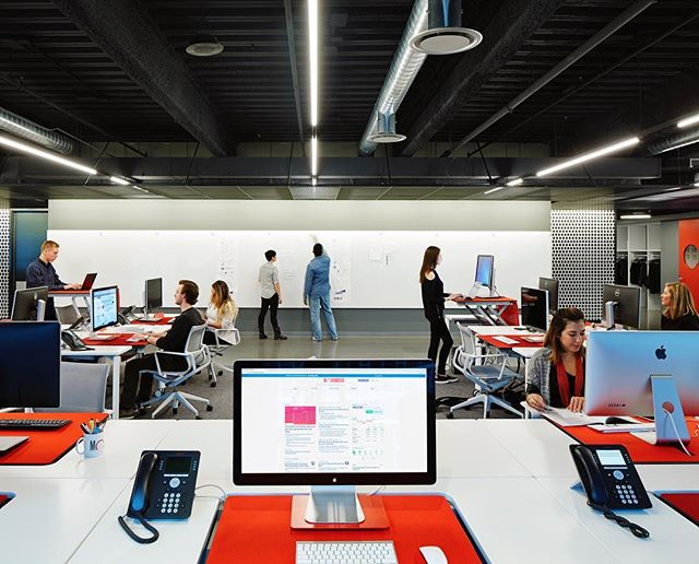 Feeling inspired? Breakout sesh! Trending in workplace design, this breakout space we helped build at Morningstar, Inc. is an easy way for small team meetings without hogging a conference room. . . . #AlignedWithYou #alliancedrywall #alliancecarpentry #allianceacoustical #alliancedoor #collaboration #breakoutspace #officedesign