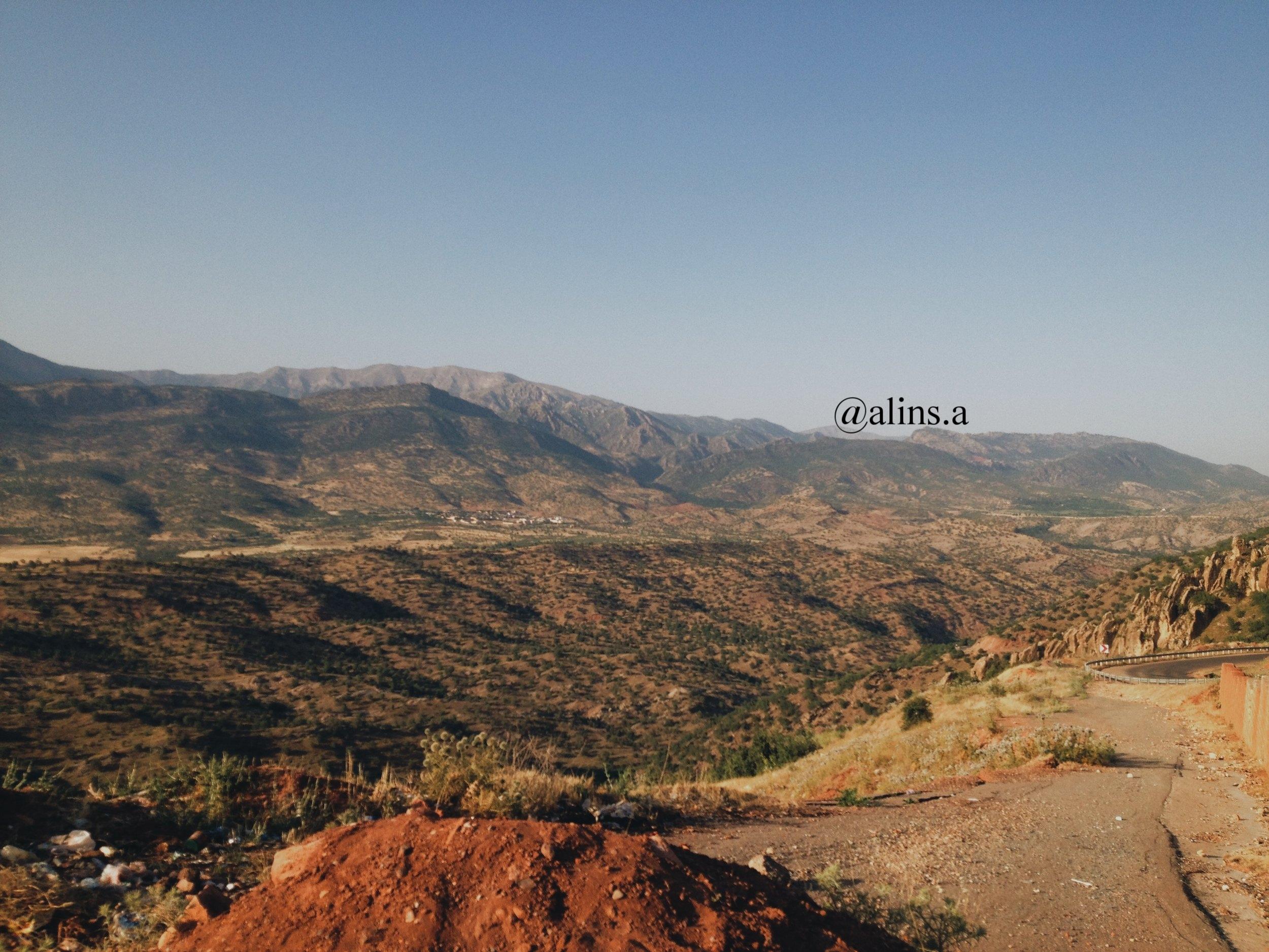 Gundê Babîrya view that overlooks the mountains; on Lufêt Babîrya