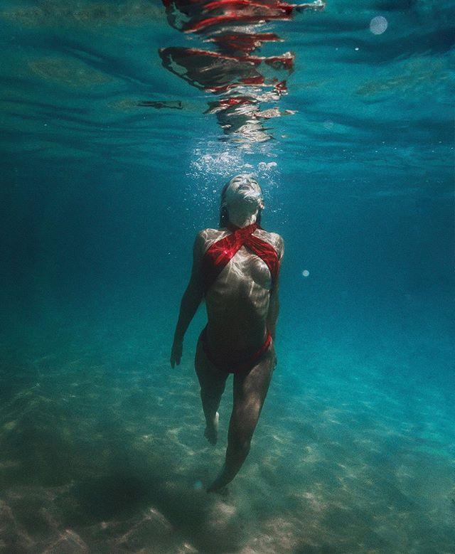 beneath the surface 🧜🏽♀️🌊 @ayla_woodruff