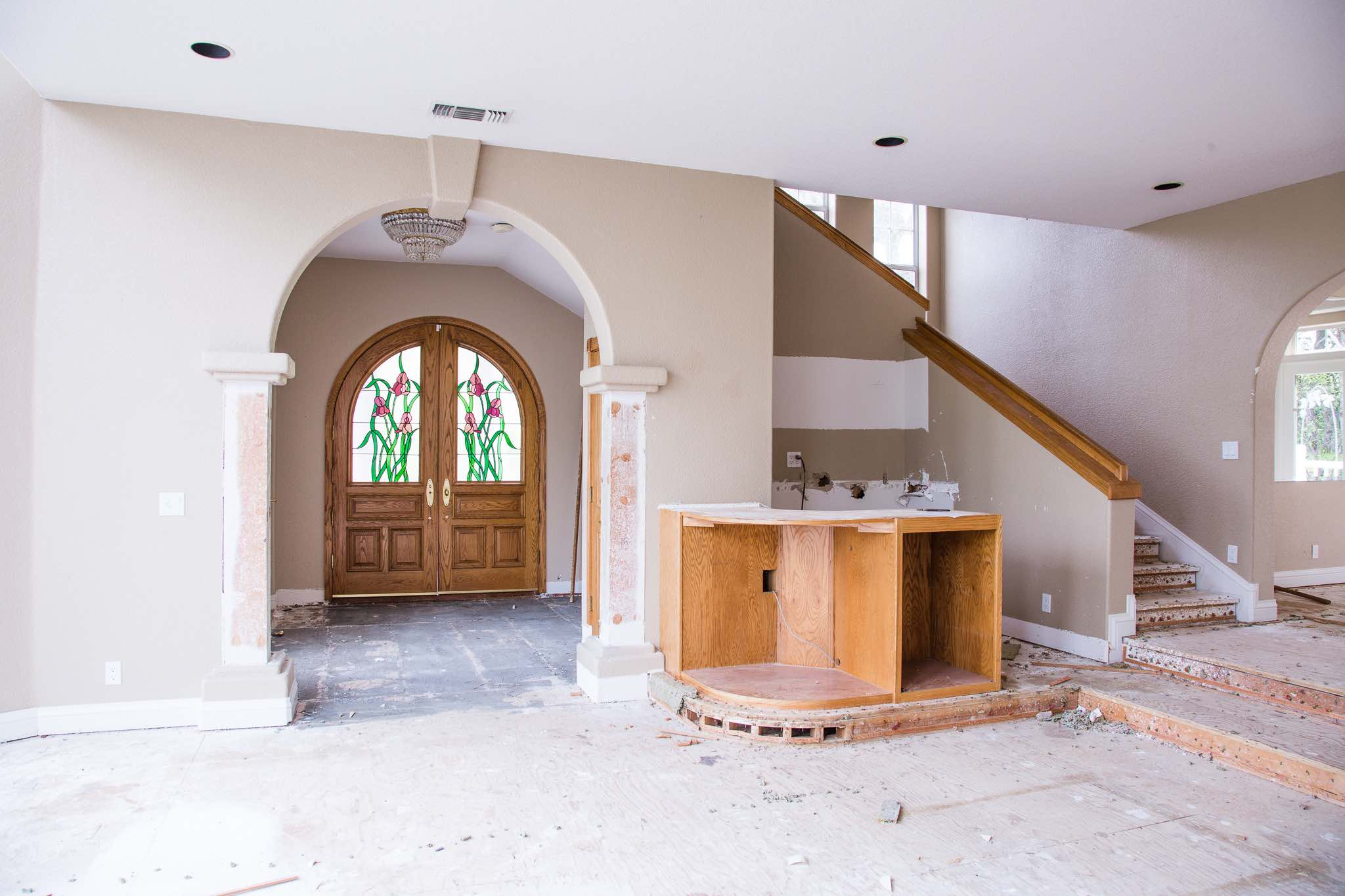 GREAT ROOM, LOOKING BACK TOWARDS THE ENTRY AND FRONT DOOR, WITH WET BAR ON THE RIGHT
