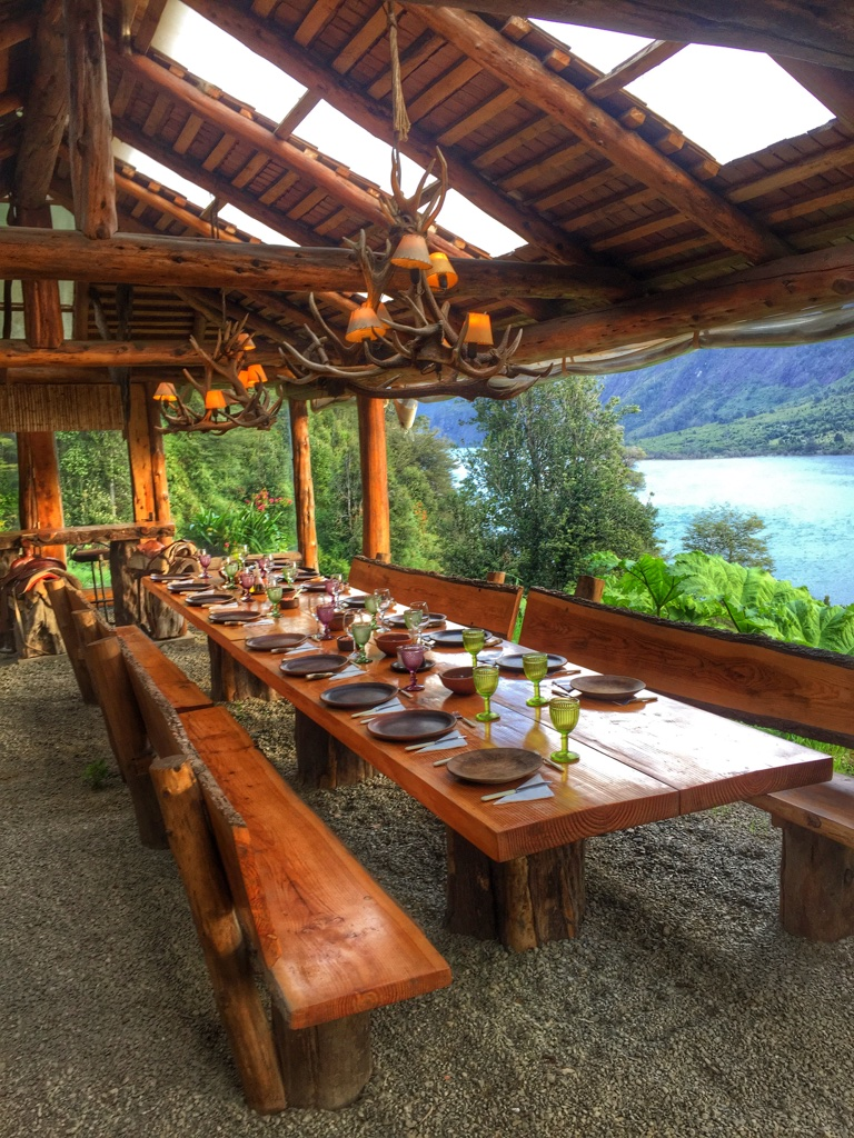 Outdoor dining at Barraco Lodge