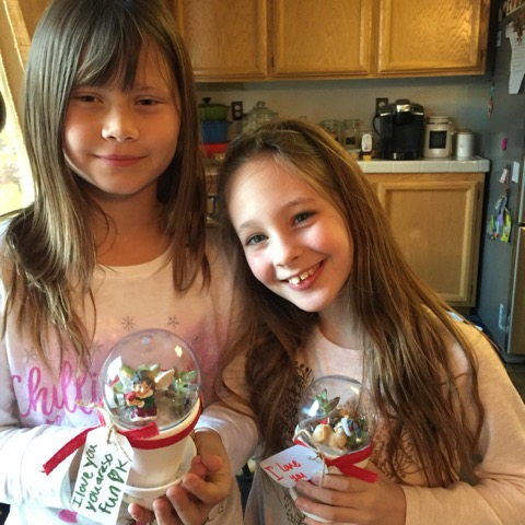 Students make snow globe Christmas crafts for their parents