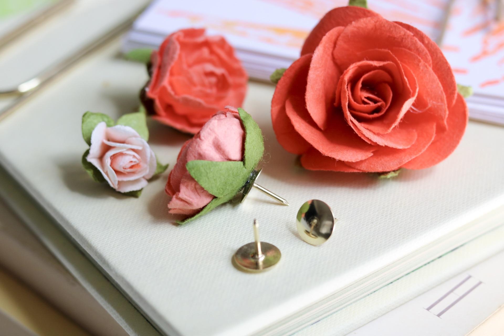 Handmade Gifts for Mother's Day Floral Thumb Tacks #mothersday #mothersdaygift #handmadegifts #giftsforher #giftsformom #diystationery #handstamped #stamp #leafstamp #nature #garden #corkboard #floarlthumbtacks #officediy #organization