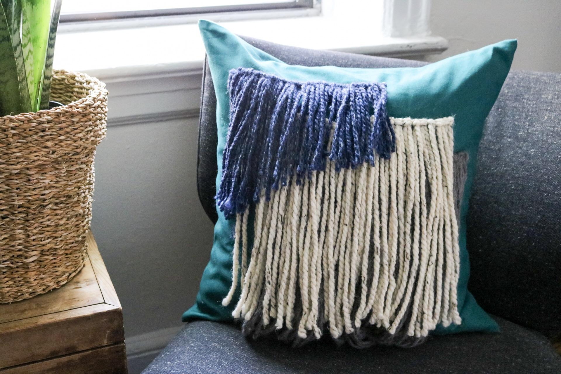 DIY Shag Pillow Cover #boho #bohostyle #yarnwallhaning #pillowcoverdiy #pillowcover #livingroomdecor #livingroom #yarn #yarnprojects