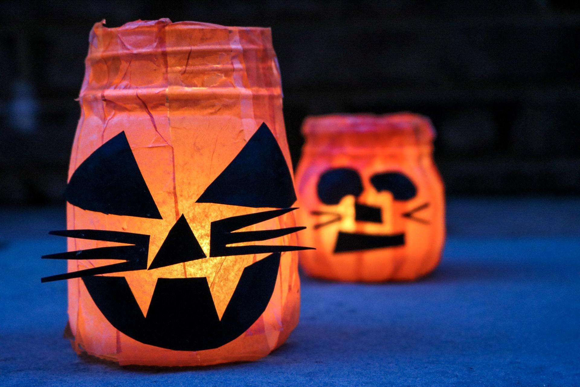 Easy DIY Halloween Luminaries  #halloweencrafts #halloweendiy #halloween #booityourself #modpodge #tissuepaper #pumpkins #nocarvepumpkins #halloweendecorations #halloweendecor #hauntedhouse #blackcat #halloweencrafting #easycrafts #easydiy #moodlighting