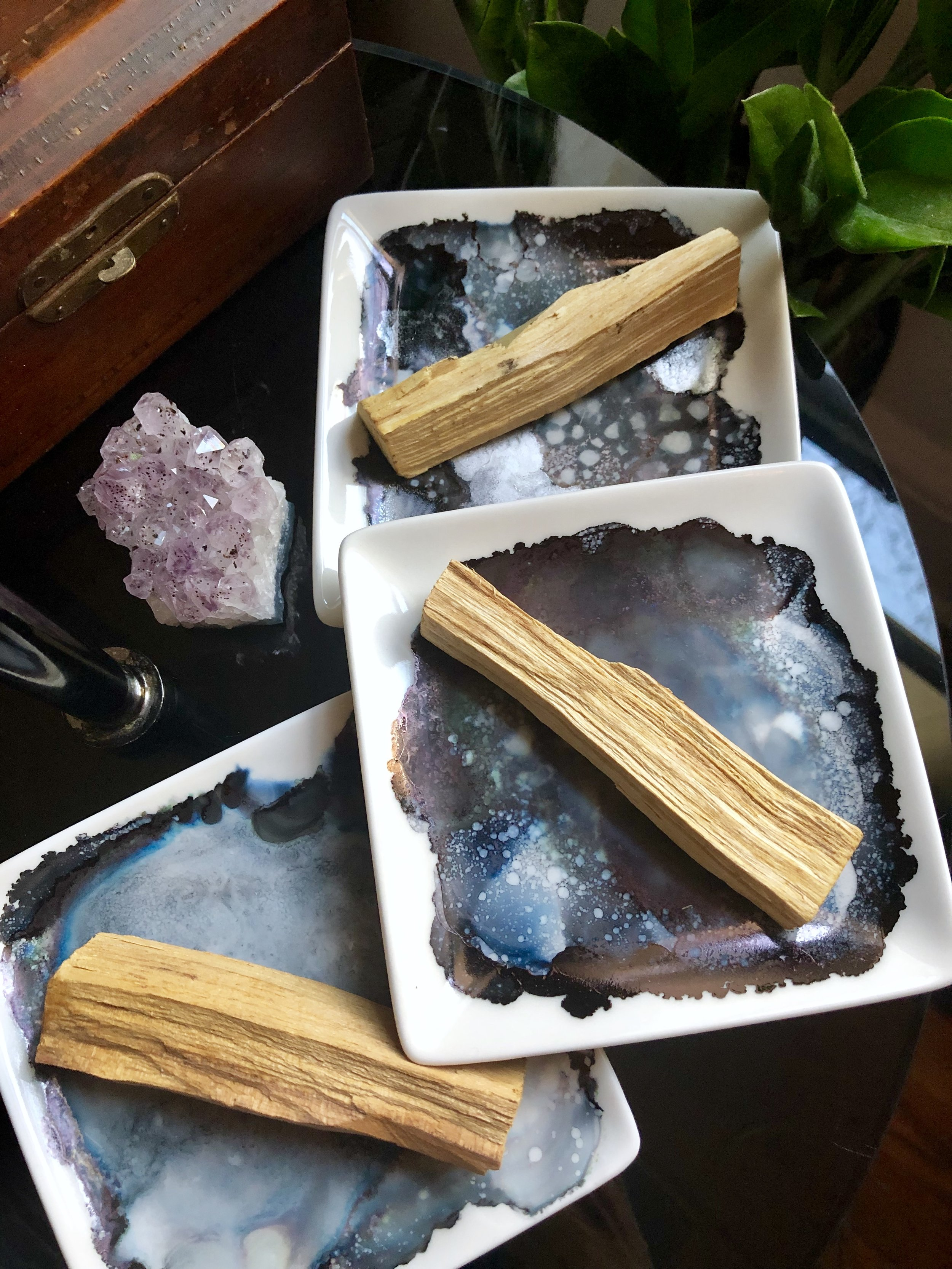 DIY Palo Santo Alcohol Ink Tray - Create a fun and funky ashtray for all your witchy needs! Smudge sticks, palo santo and rocks! Oh, my!  #hippiecraft #crystals #smudging #smudgestick #craftstodowhenyourbored #alcoholink #alcoholinking