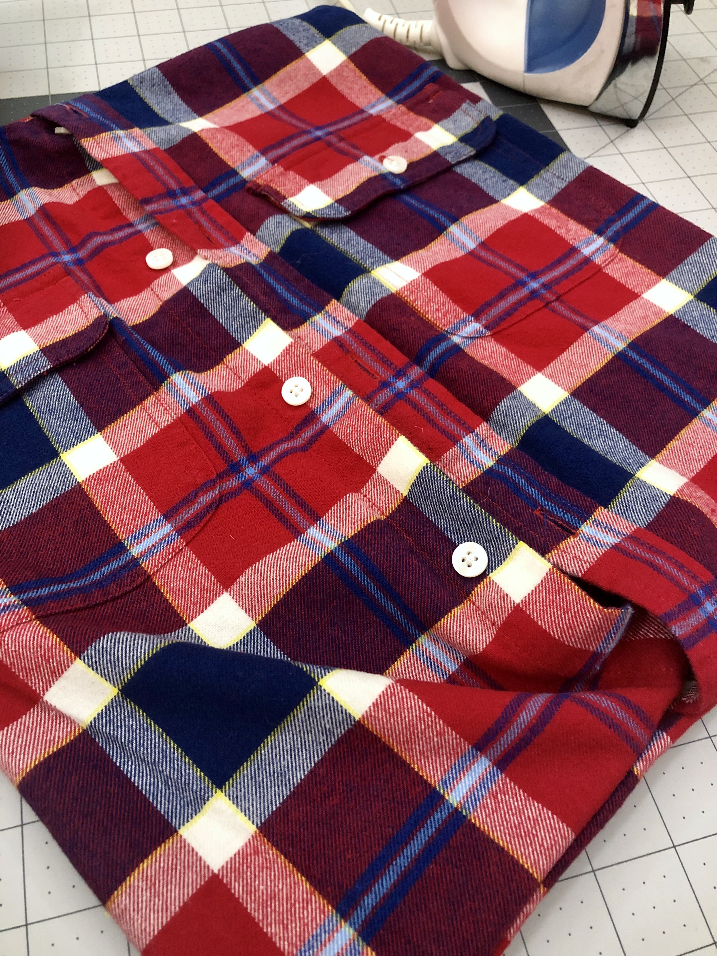 DIY Upcycled No Sew Pillow Cover! Take your old shirts and flannels and turn them into easy no sew pillow covers.  #flannelshirt #buttondown #keepsake #easydiy #nosew #heatbond #easycraft #pillowcases #pillowcoveres
