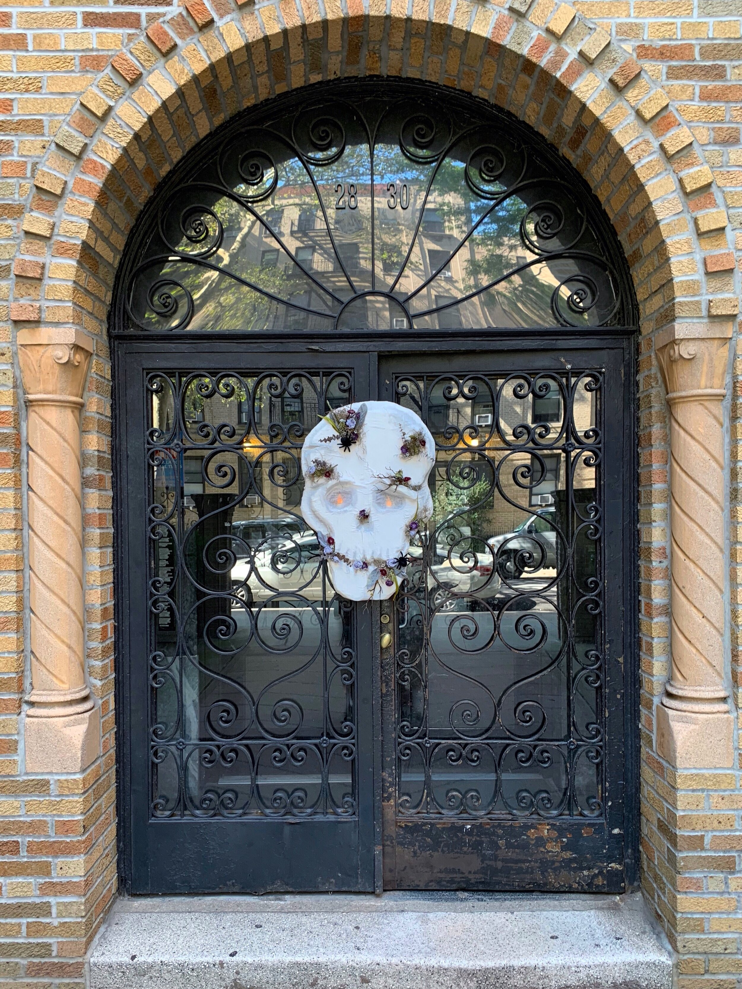 Large Hanging Halloween Floral Skull DIY - Create a larger than life one of a kind Halloweendecoration using upcylced materials!  #vintagehalloween #halloweendiy #hauntedhouse #creepy #spooky #upcycledcrafts #halloweendecor #booityourself #craftylumberjacks #halloweeneveryday #halloweendoordecorations #halloweenwreath