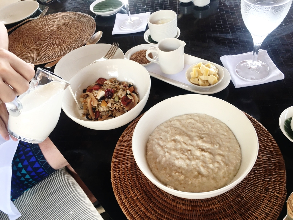 果乾種類多元,雖然是果乾但是還是很新鮮的感覺! 隔壁那碗燕麥,也是很超過的怎麼就燕麥可以這麼好吃