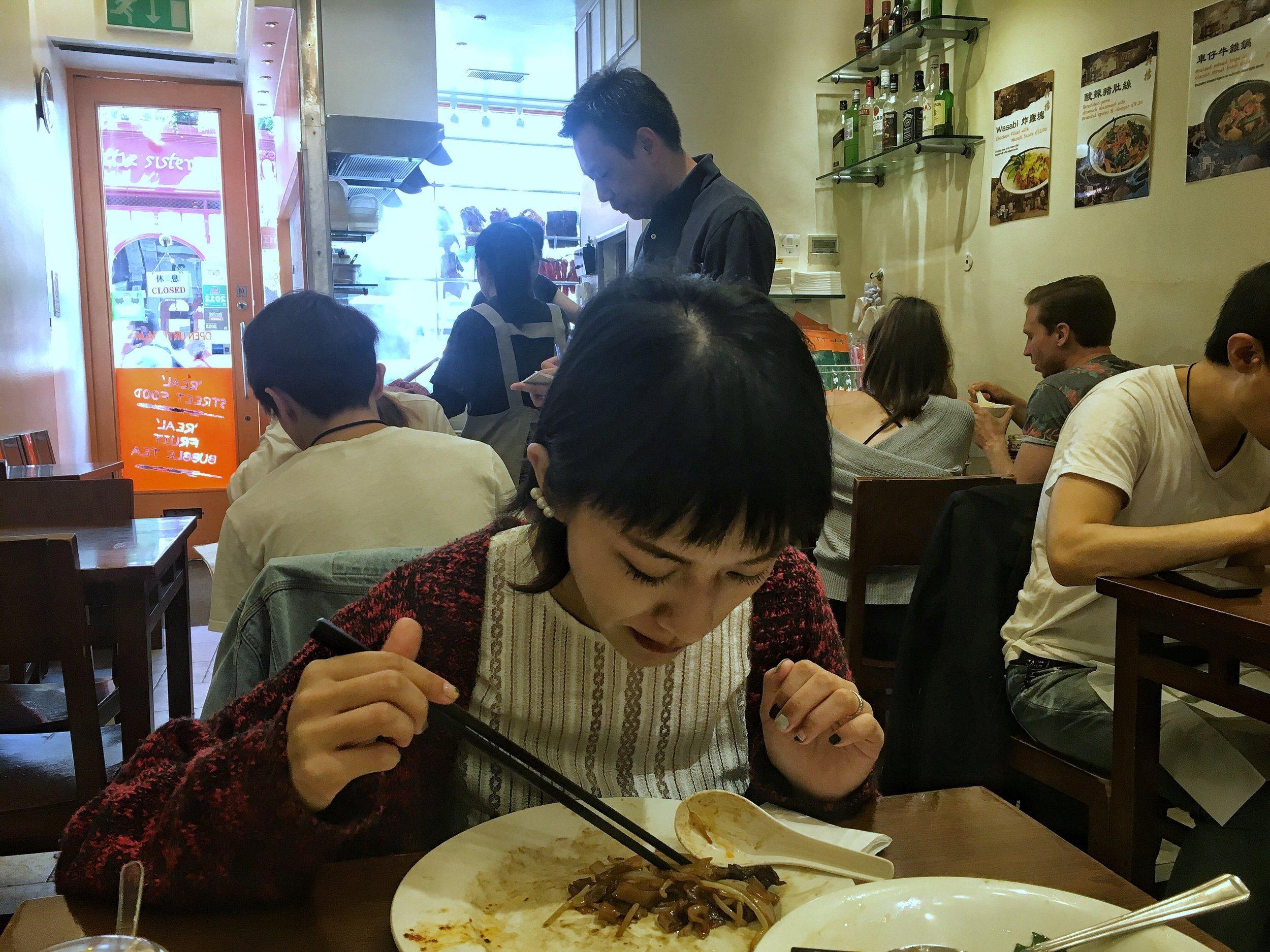 在倫敦時很怕自己回 Canterbury 會餓死,因此幾乎每天都有一餐會到中國城吃中菜,中西平衡~ 但儘管是中菜,還是不對味阿...  (吳桑尼拍這張只是想表達 他吃了12年老闆都沒變)