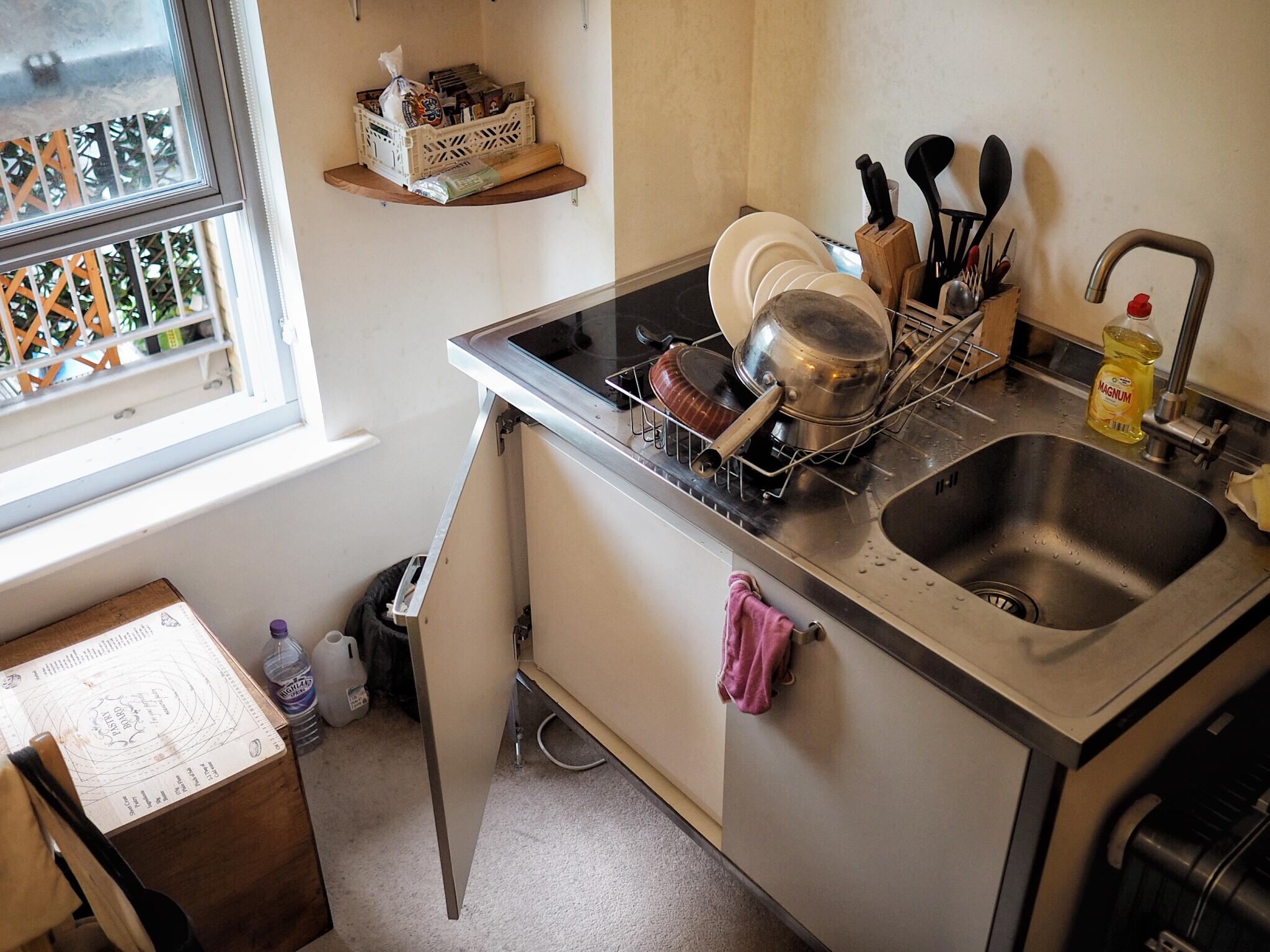 廚房一切都在這了, 包含電子爐下方的迷你小冰箱。