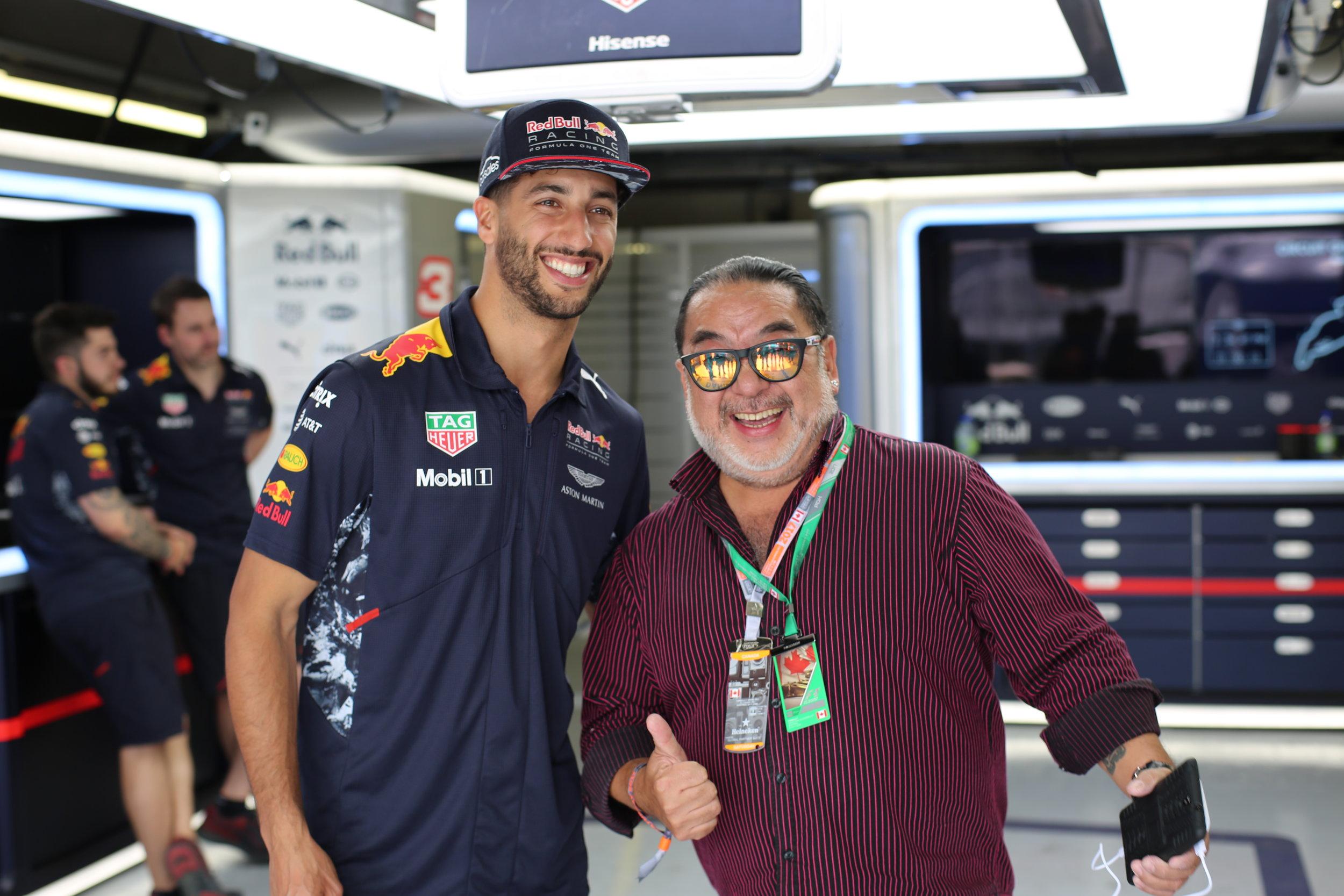 同行的資深賽車主播 Robin 龔懷主,為我們帶來賽車專業的知識以及F1的相關訊息,第一眼見到Robin主播,我的第一句話就是:以前最喜歡看你播摔角!(來亂的XD)
